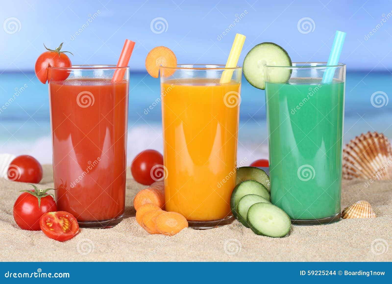 Сок томата Smoothie vegetable с овощами на пляже