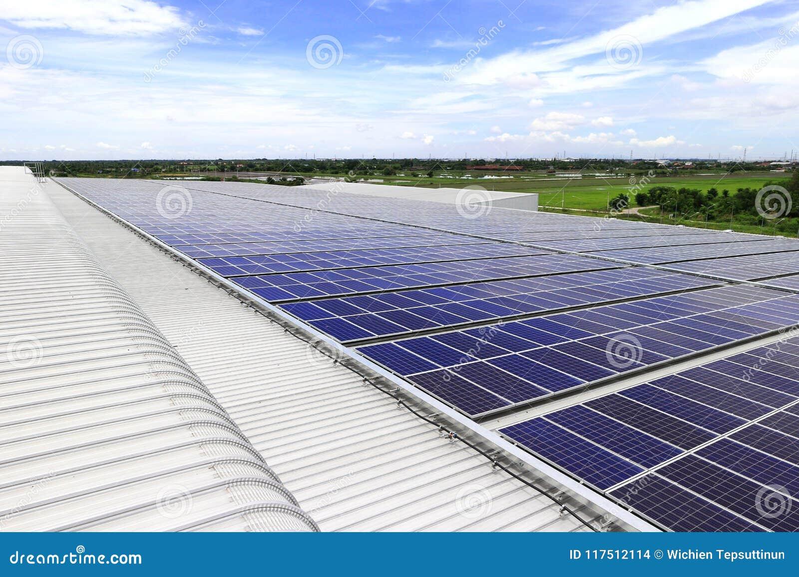 Солнечная крыша PV под голубым небом