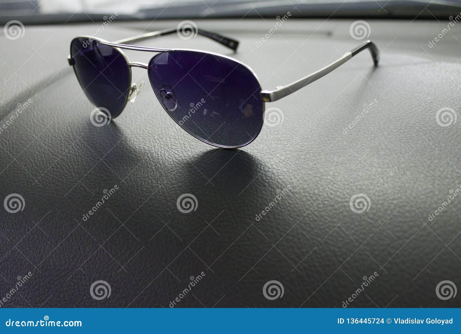 Солнечные очки лежат в автомобиле