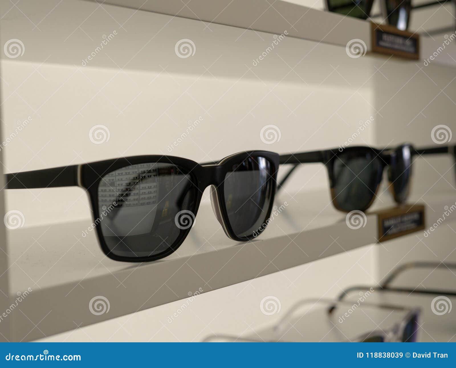 Солнечные очки на дисплее в выставочном зале магазина с отражением sur