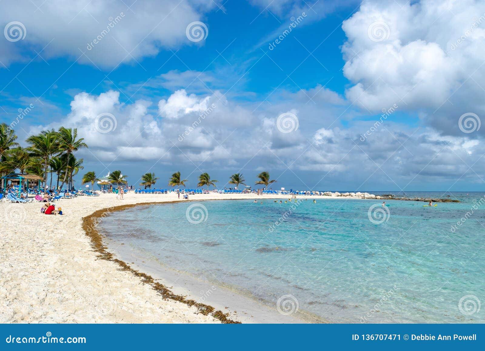 Солнечный день на тропическом пляже