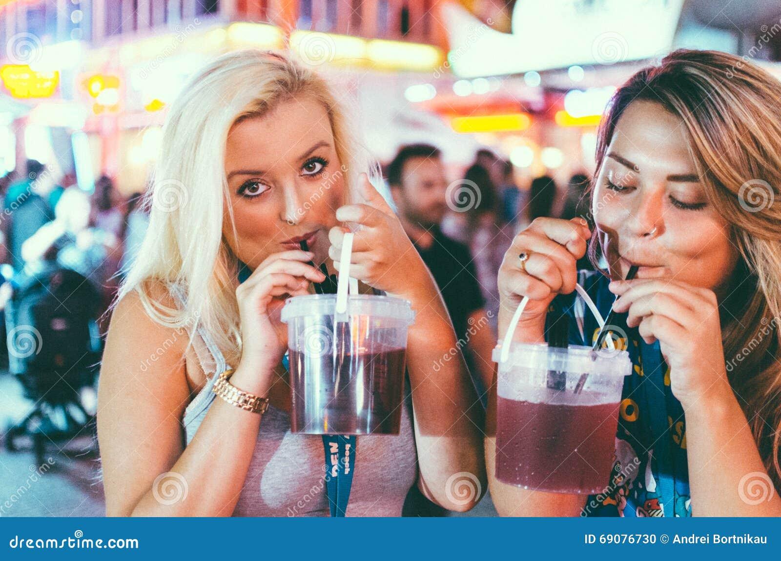 девушки выпивают на улице