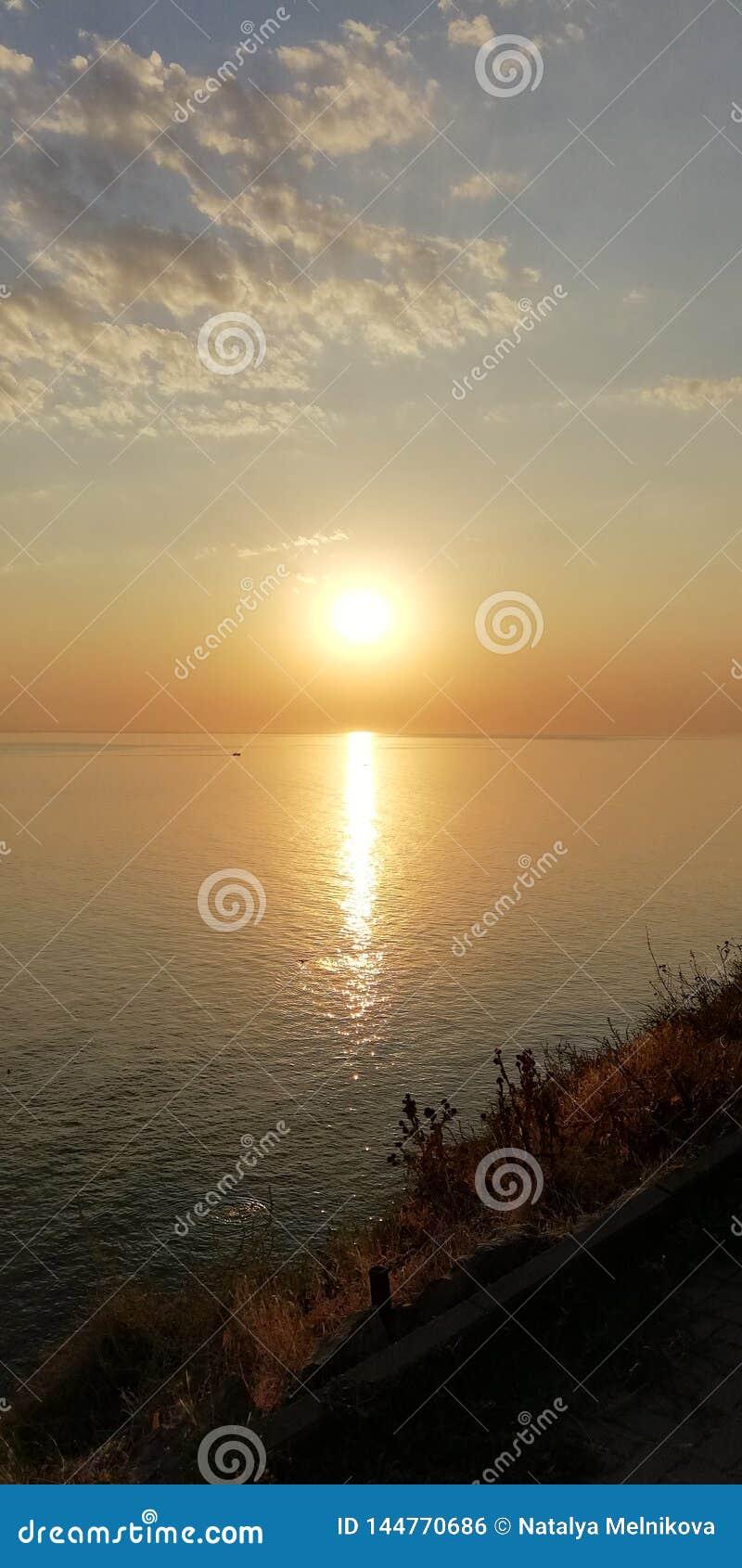 Ландшафт захода солнца моря Солнечный путь на волнах моря