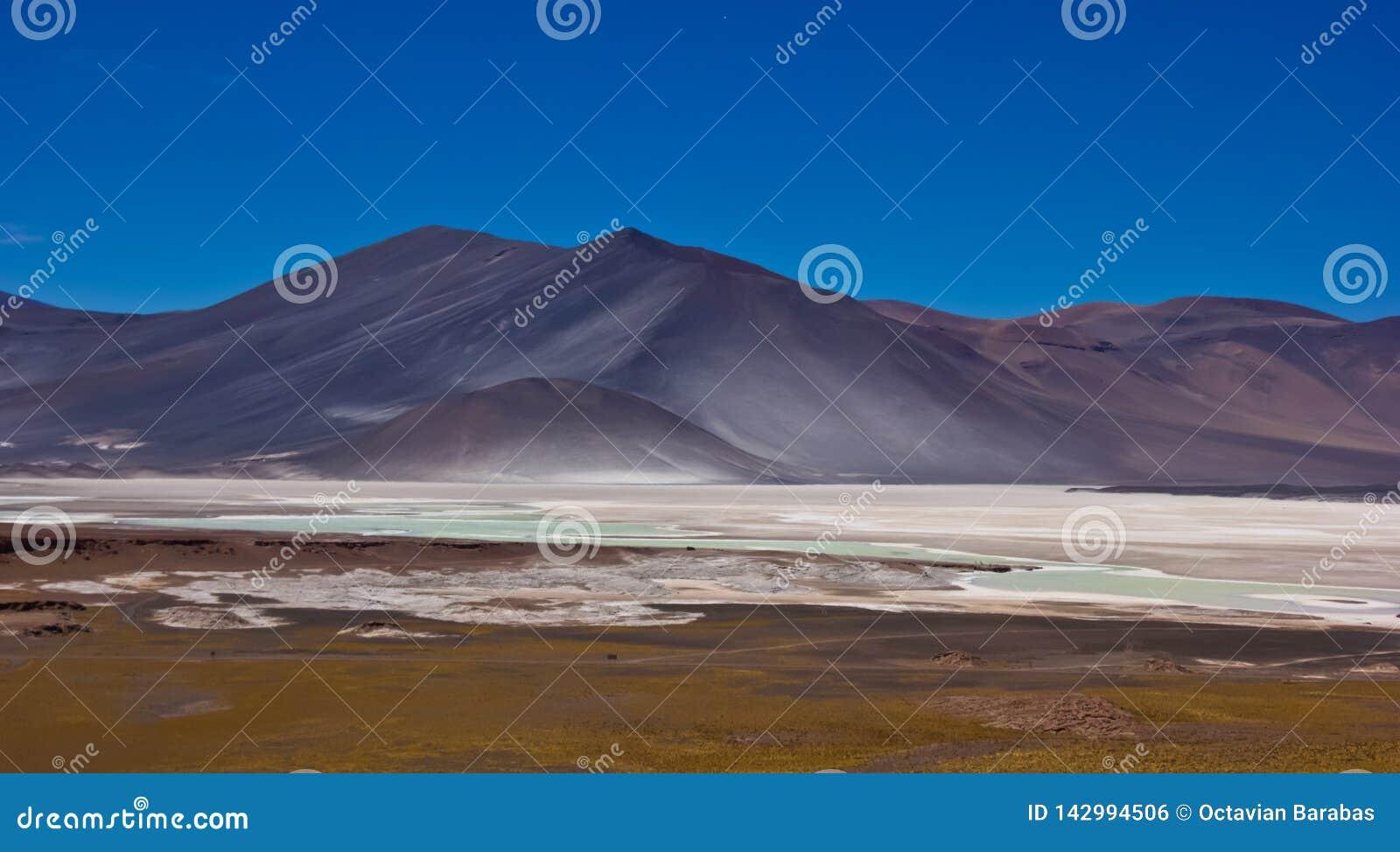 Соль дуновения ветра на горе в Чили