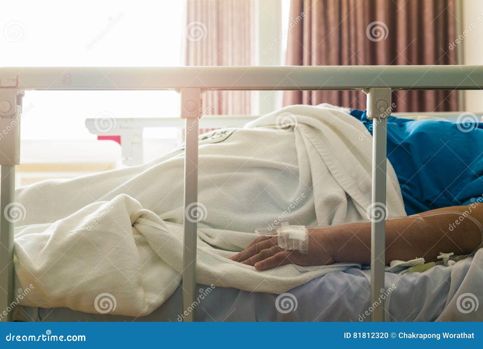 Сон женщины конца-вверх терпеливый в больнице с соляным intravenous