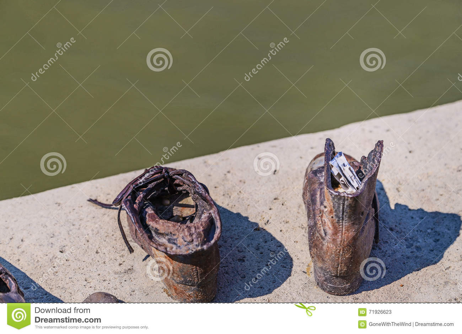 Сообщение на ботинке на прогулке Дуная