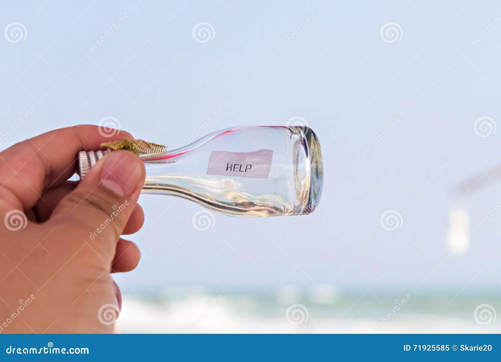 Сообщение ПОМОЩИ в стеклянной бутылке