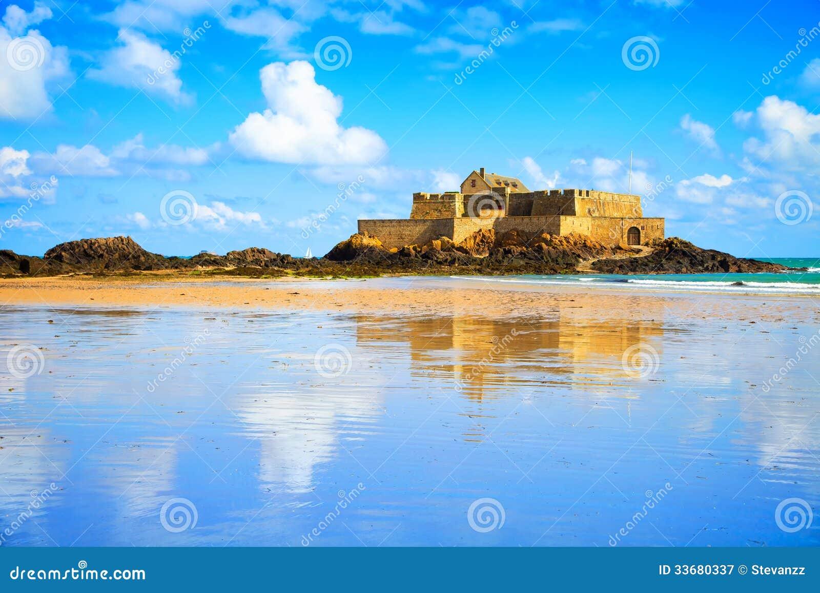 Соотечественник форта Malo Святого и пляж, малая вода. Бретань, Франция.