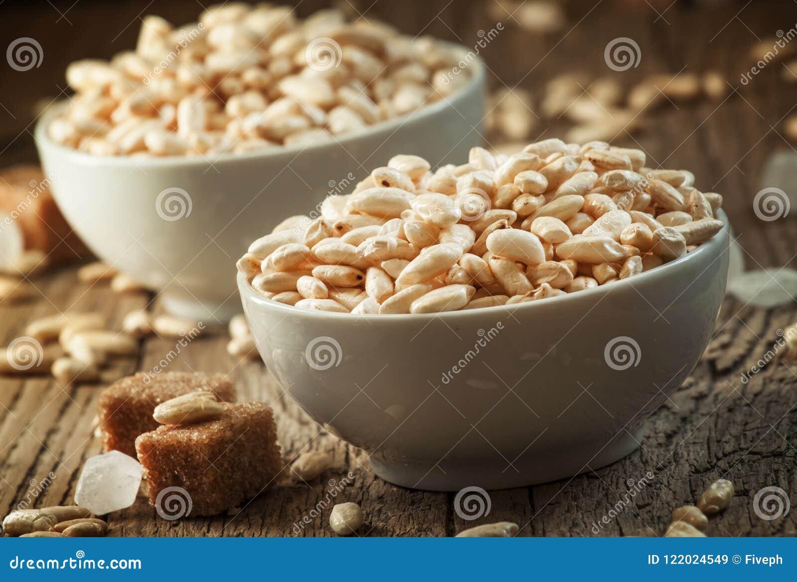 Сопенный сладостный рис в карамельке в белых шарах фарфора с тросточкой