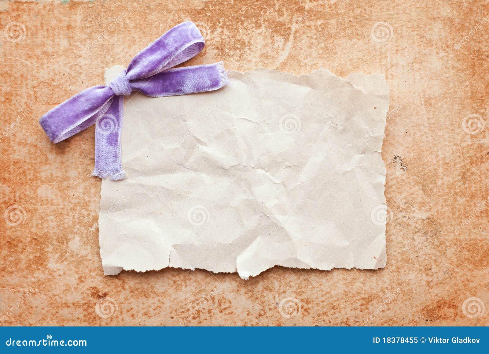 сорванный пурпур части смычка бумажный
