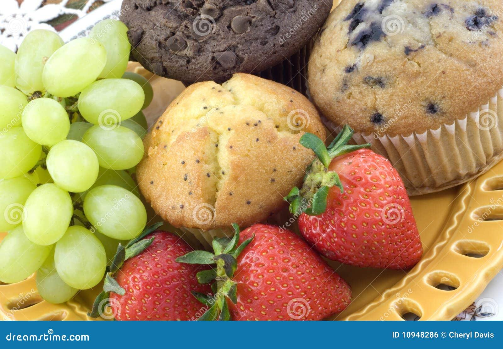 сортированные булочки свежих фруктов