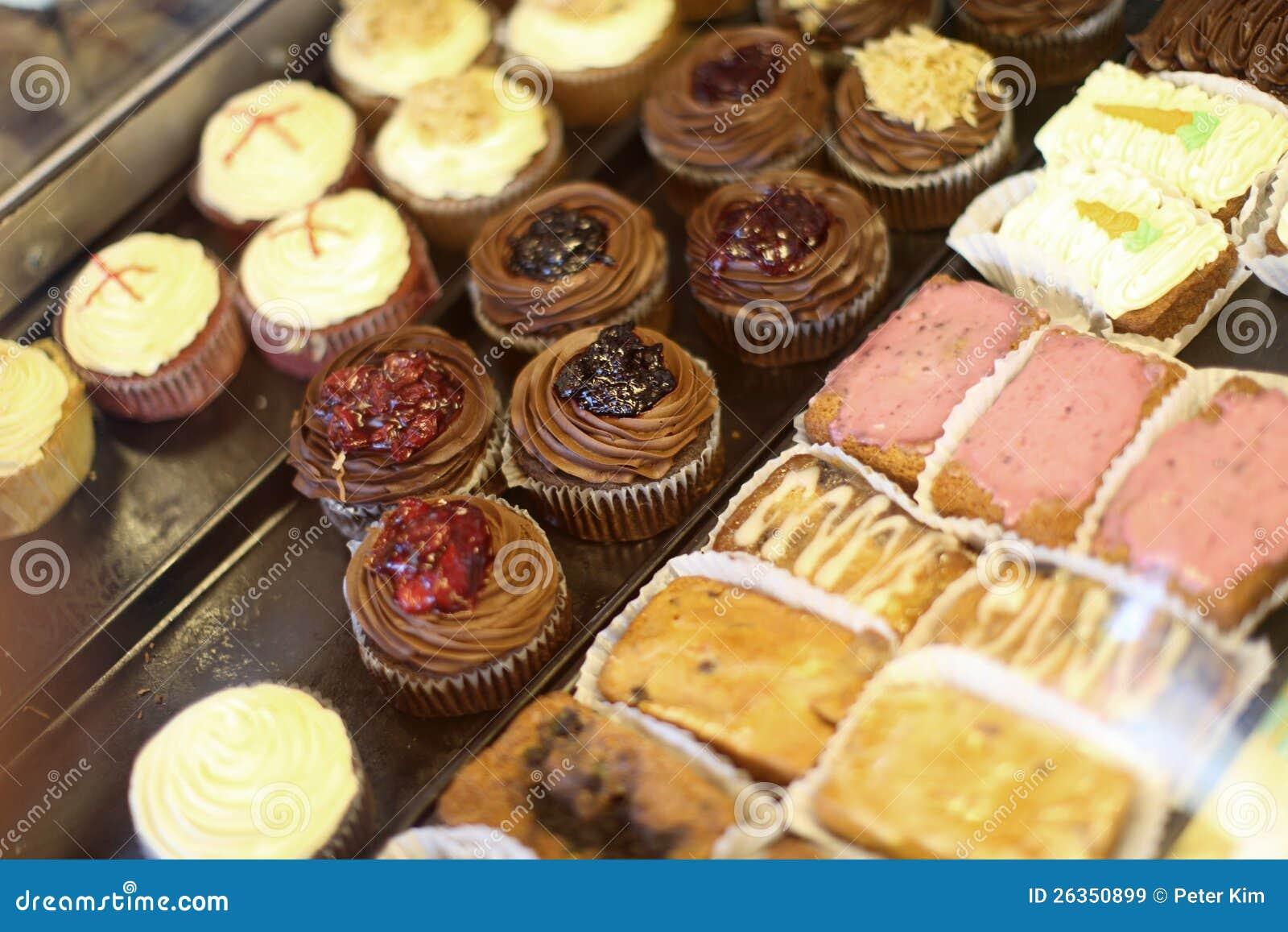 Сортированные миниые торты и пирожня