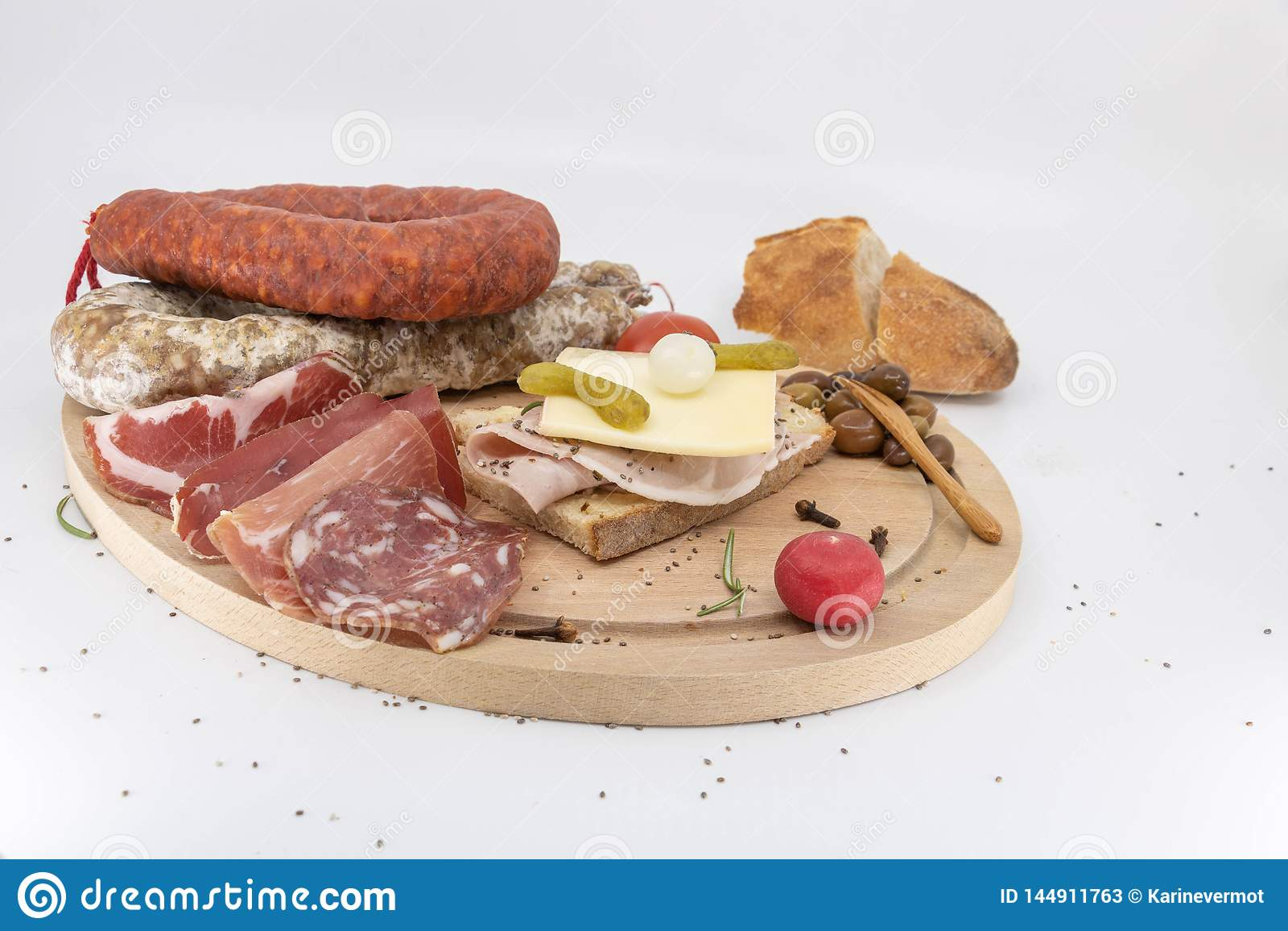 Сортированный деревянный диск гастронома сэндвича и различных сосисок