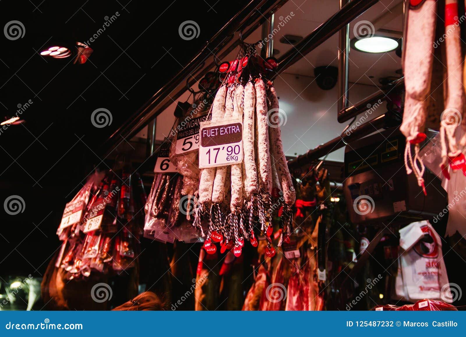 Сосиски Fuet в рынке Boqueria Ла в Барселоне Испании