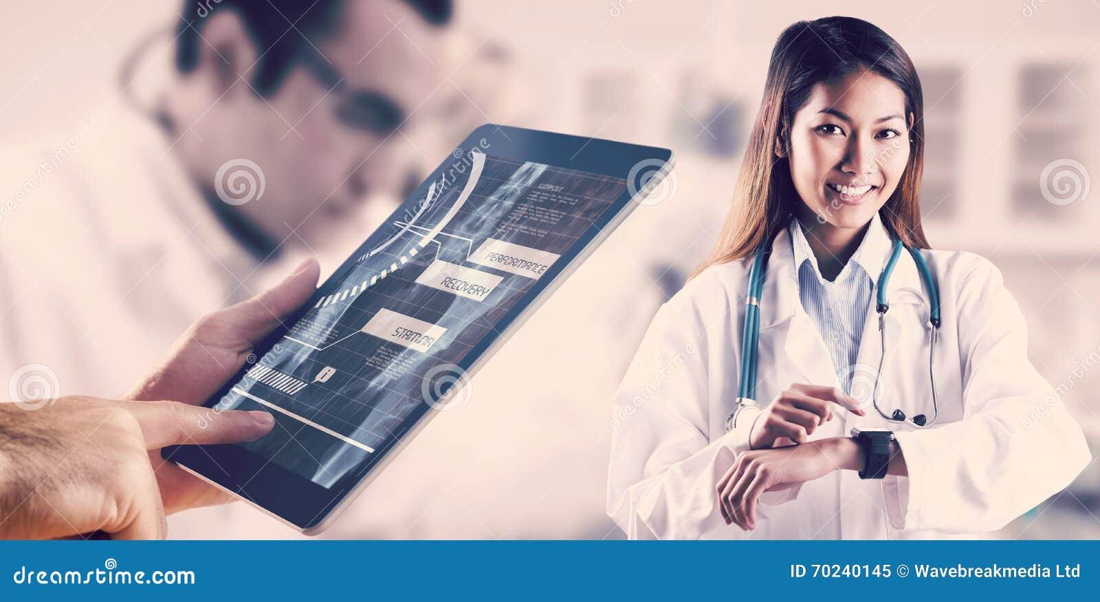 Составное изображение азиатского доктора используя ее умный вахту
