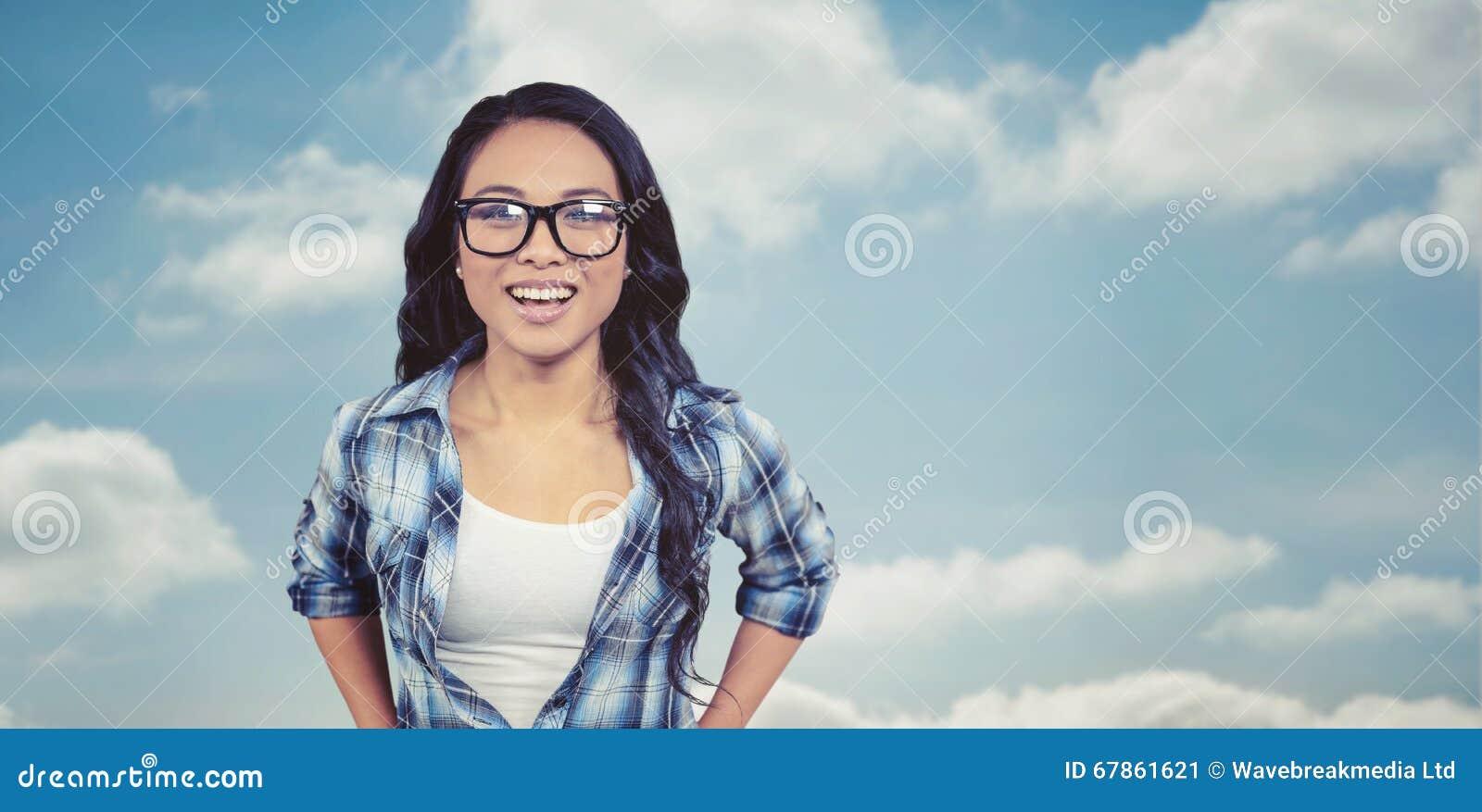 Составное изображение азиатской женщины усмехаясь к камере