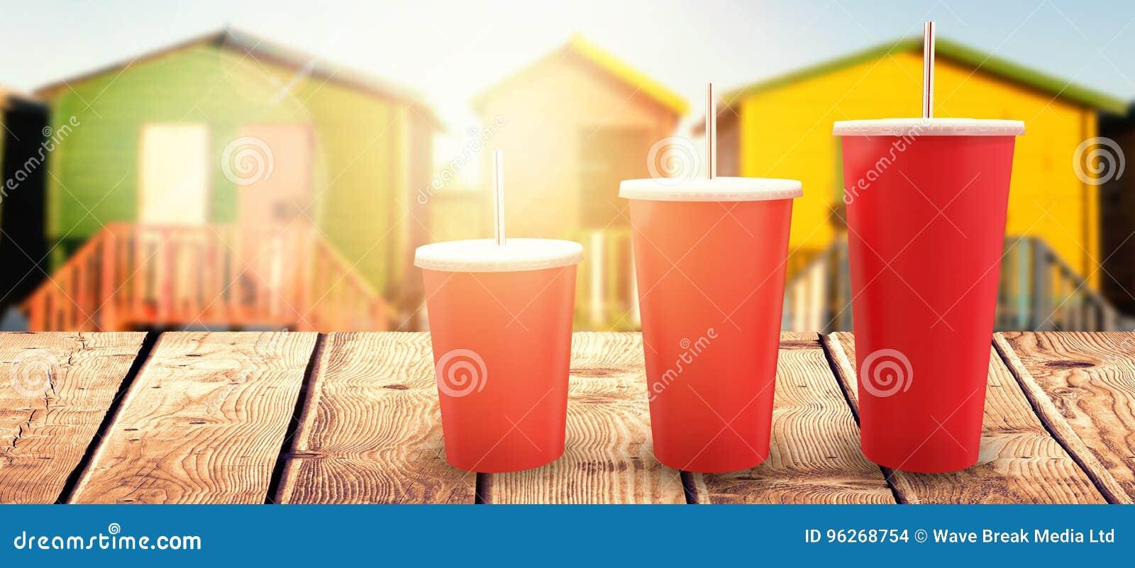 Составное изображение красных чашек над белой предпосылкой