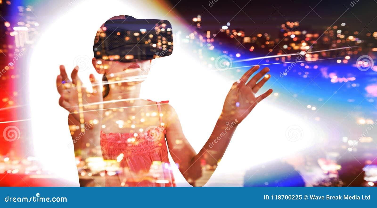 Составное изображение маленькой девочки держа виртуальные стекла
