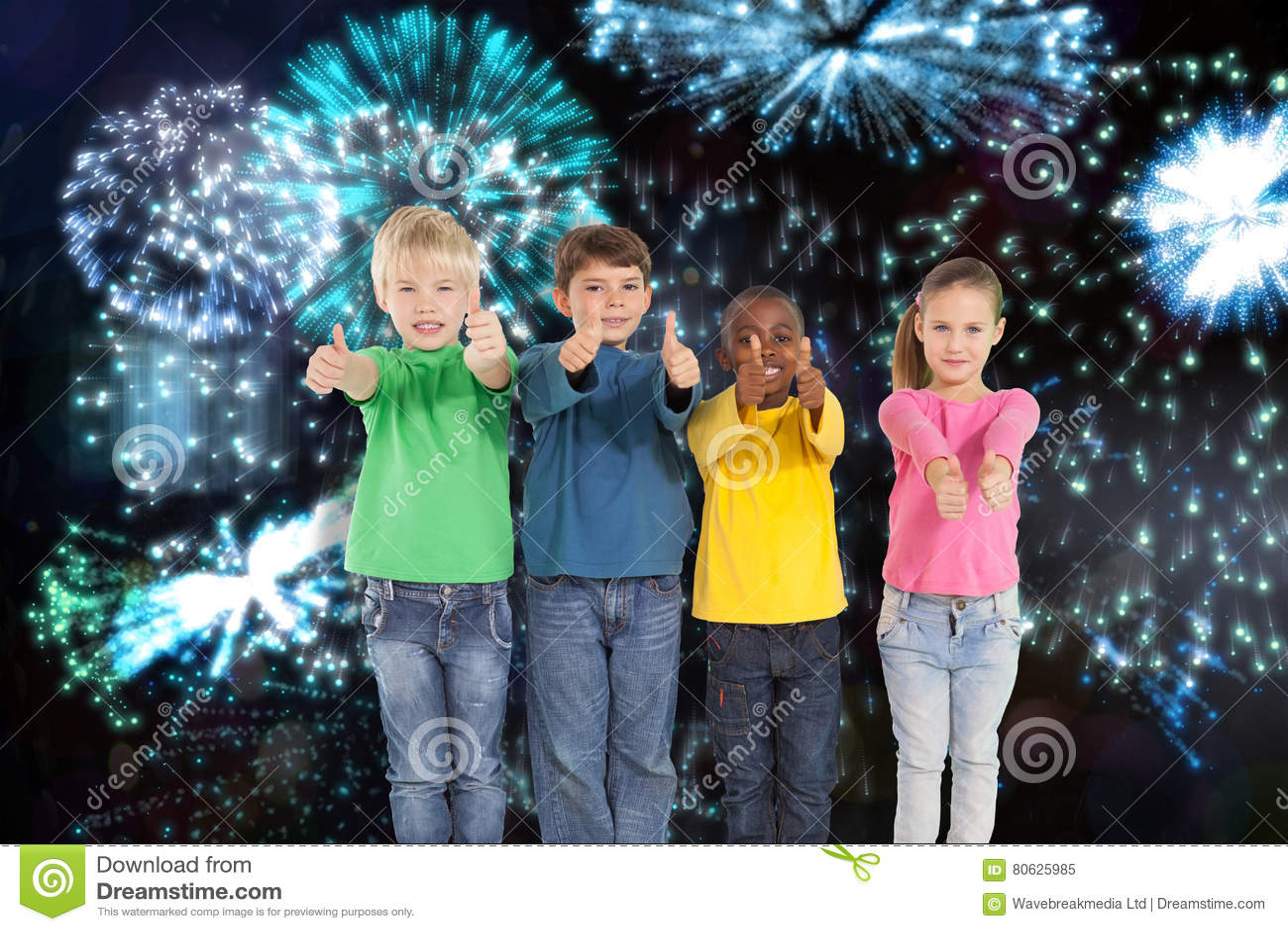 Составное изображение милых детей показывая большие пальцы руки вверх