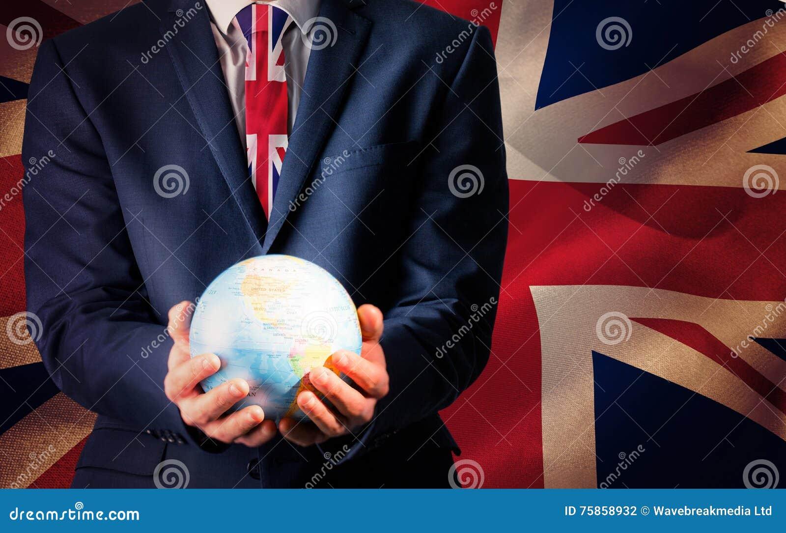 Составное изображение руки бизнесмена держа земный глобус