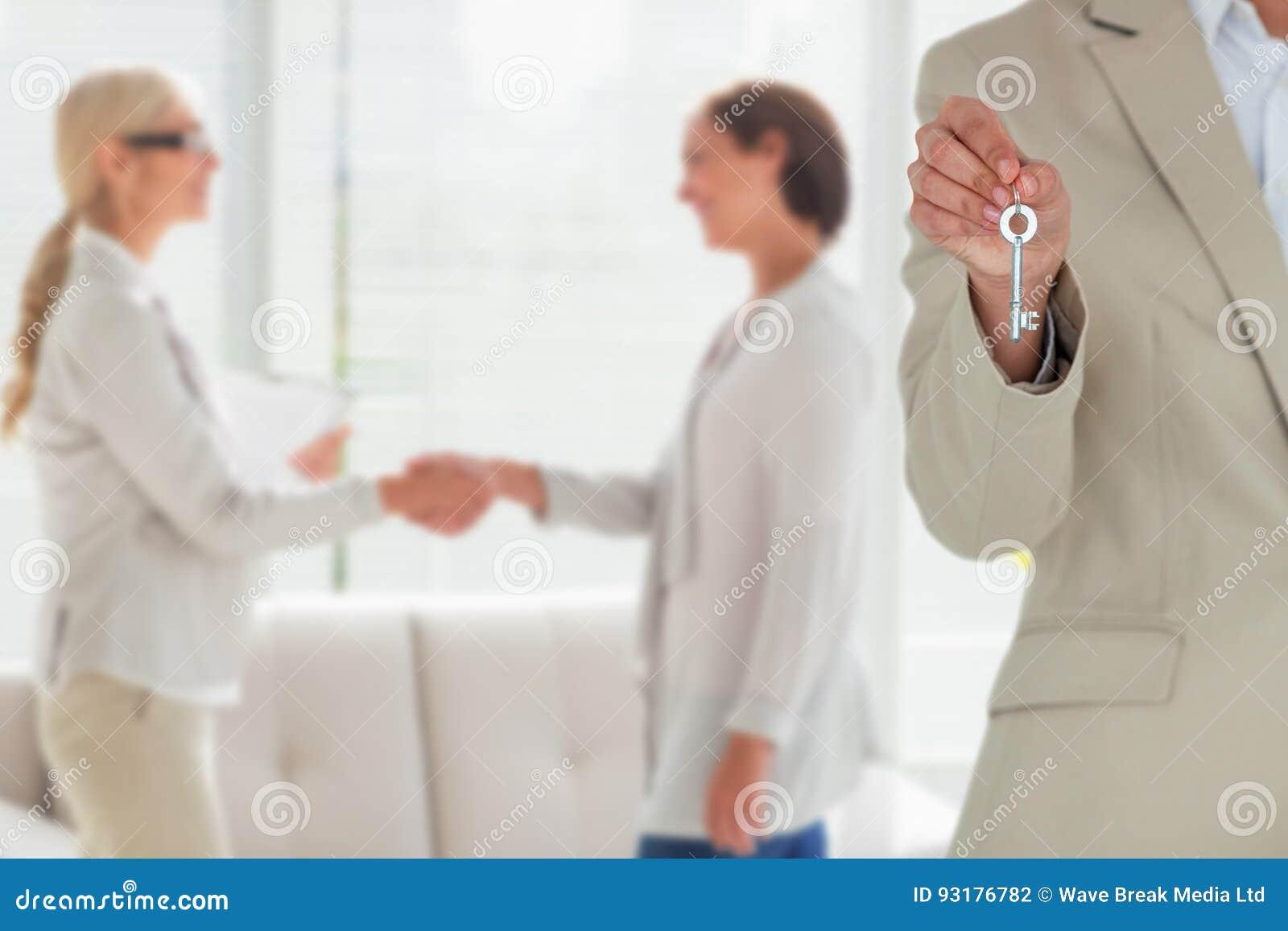 Составное изображение среднего раздела женской исполнительной власти показывая ключ нового дома