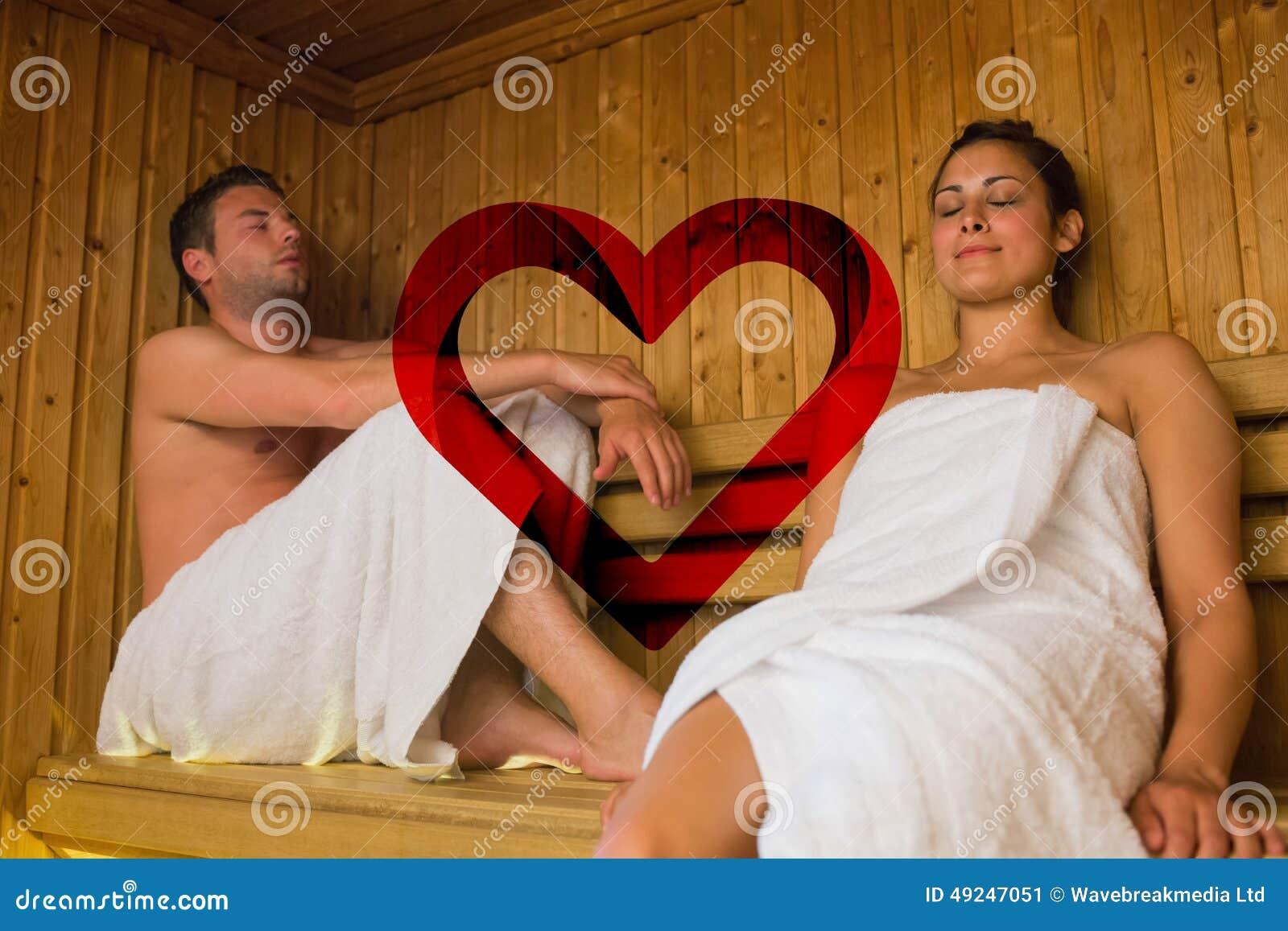 Составное изображение счастливых пар ослабляя в сауне