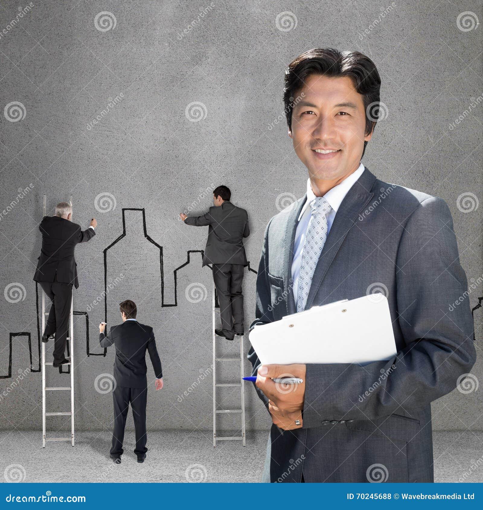 Составное изображение уверенно агента по продаже недвижимости стоя на парадном входе с доской сзажимом для бумаги