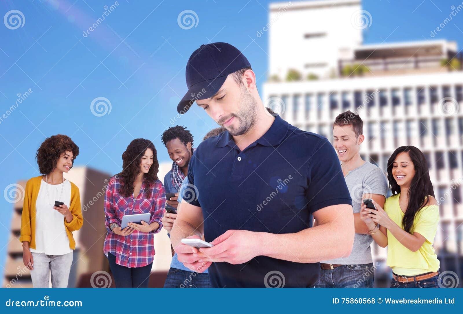 Составное изображение усмехаясь человека используя мобильный телефон