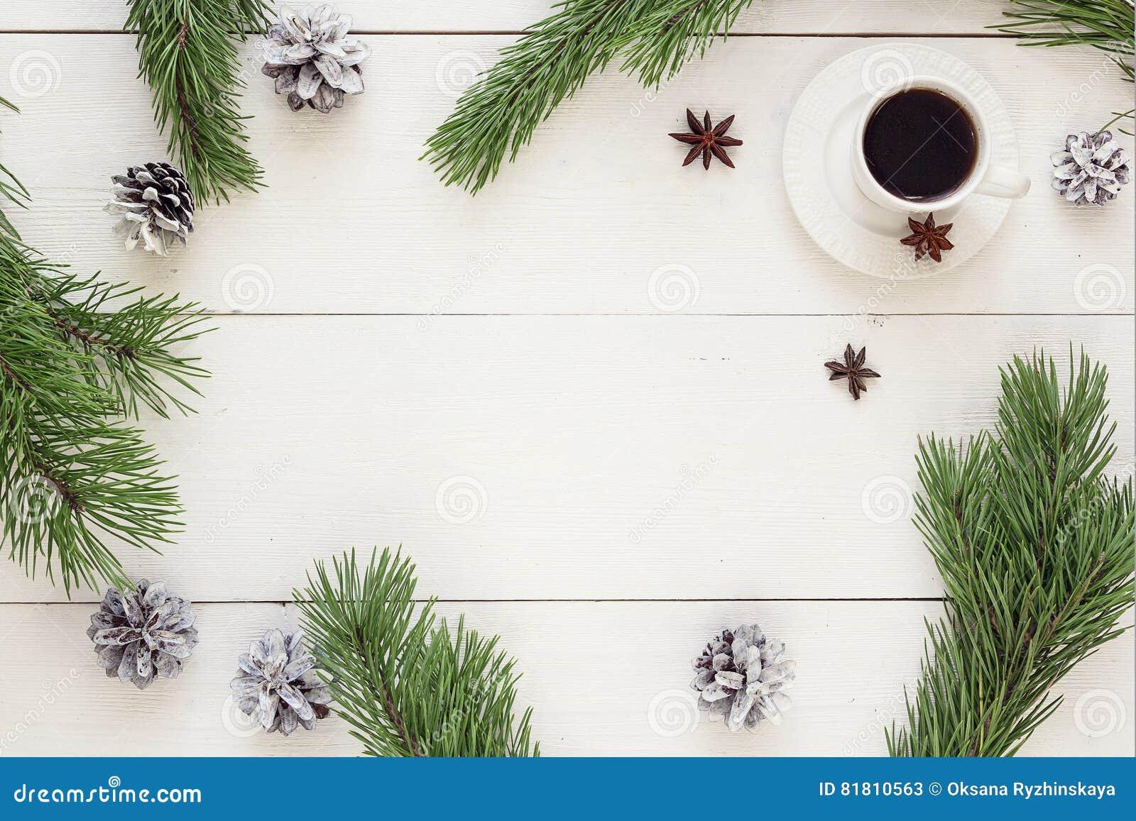 Состав зимы Чашка кофе, конусы сосны и ветви на wh