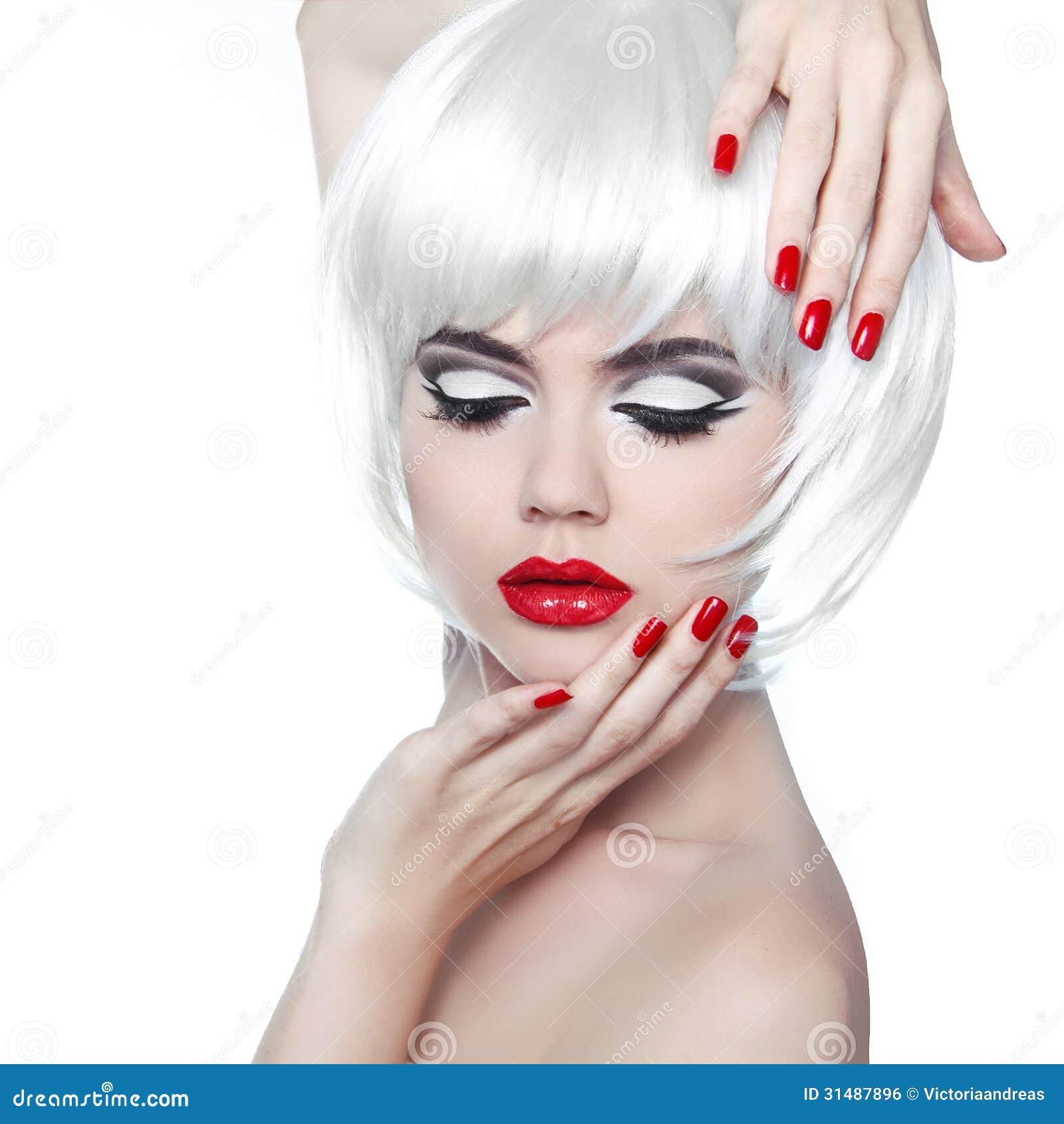 Фото девушки с прической и ногтями