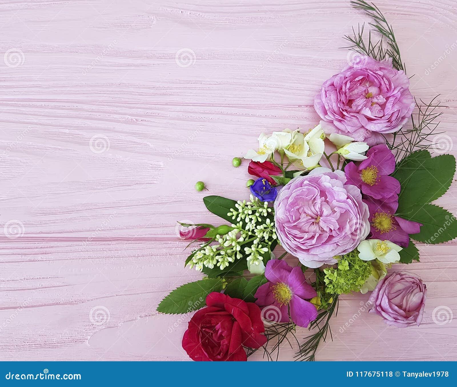 Состав праздничный на розовом деревянном жасмине предпосылки, магнолия дизайна рамки букета роз красивый