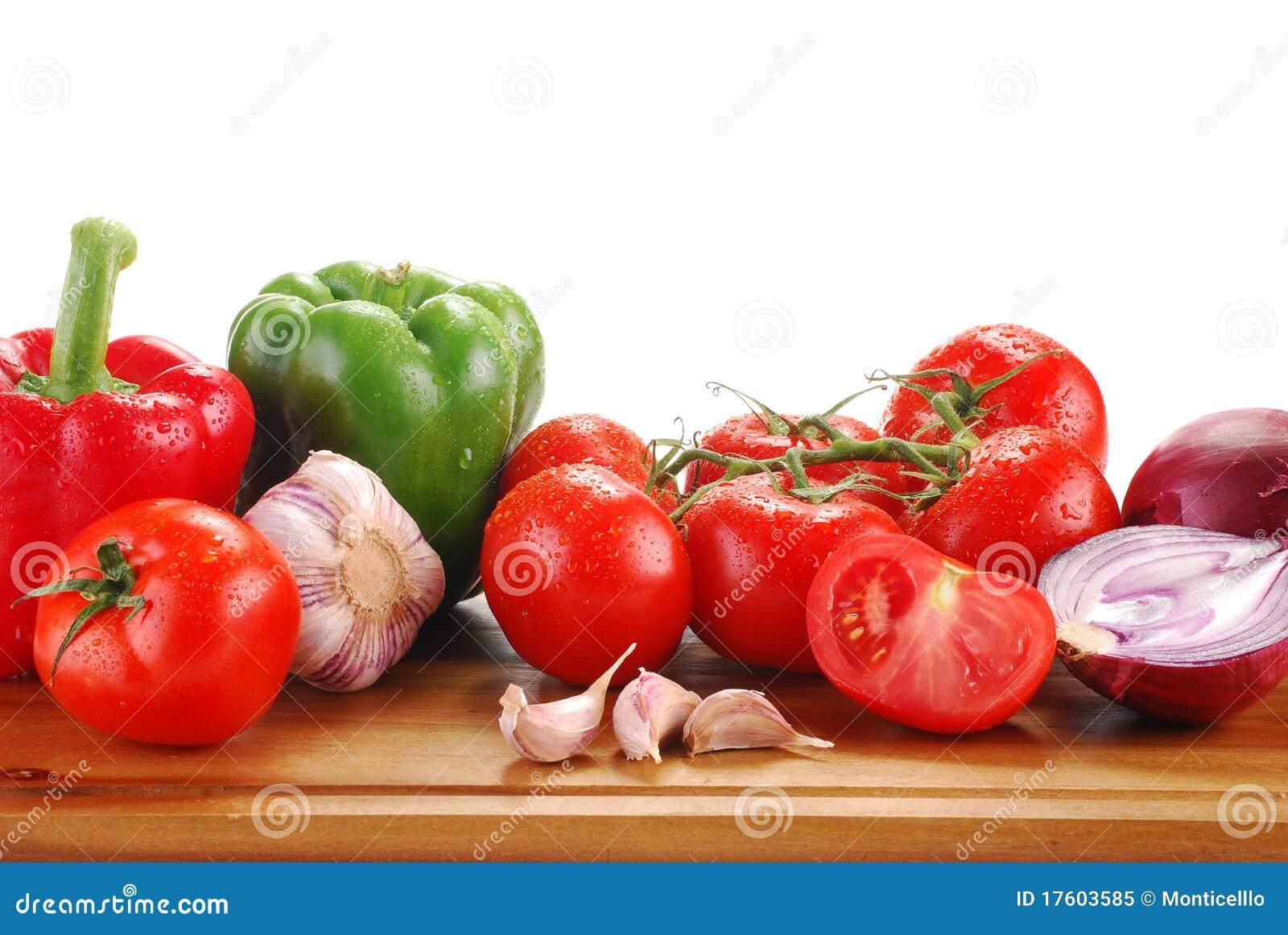 Состав при сырцовые овощи изолированные на белизне
