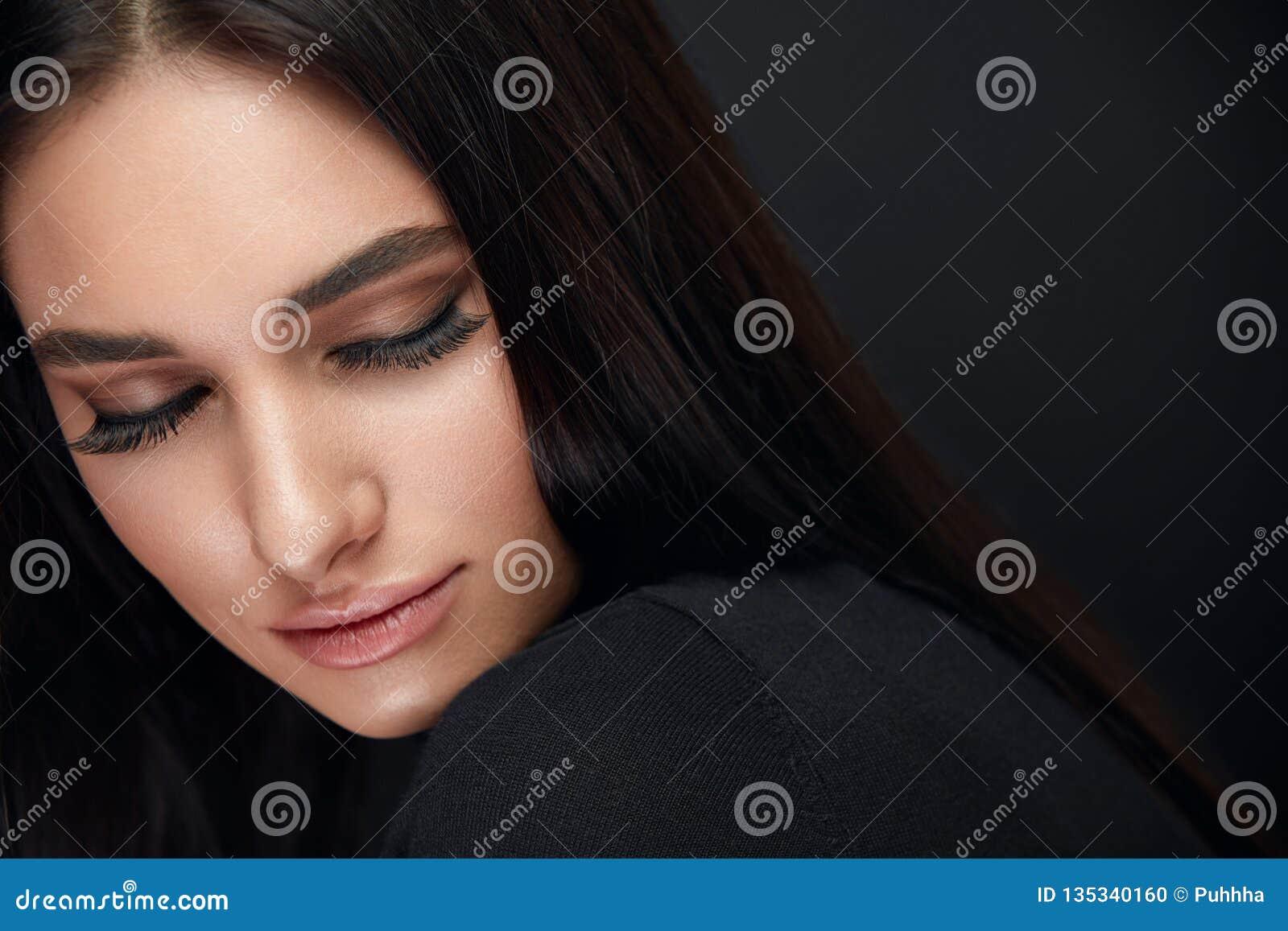 Состав ресниц Сторона красоты женщины с черными расширениями плеток