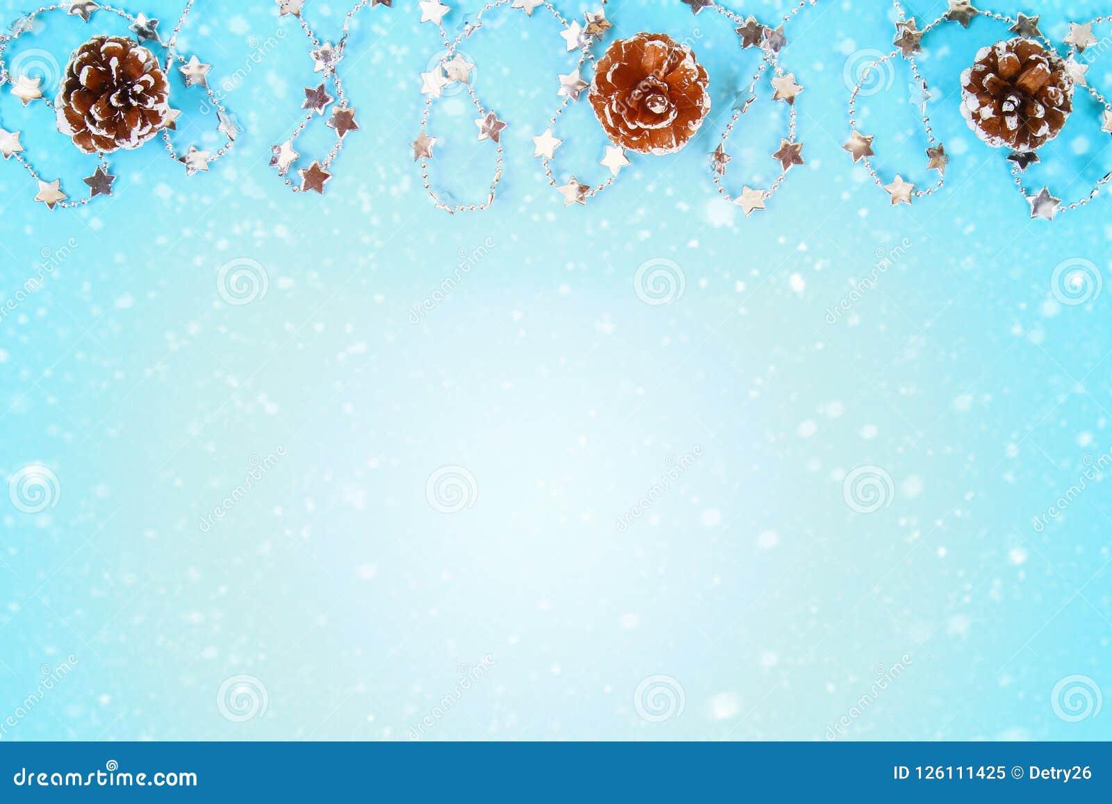 Состав рождества от игрушек рождественской елки Белое оформление на голубой предпосылке скопируйте космос, положение квартиры, вз