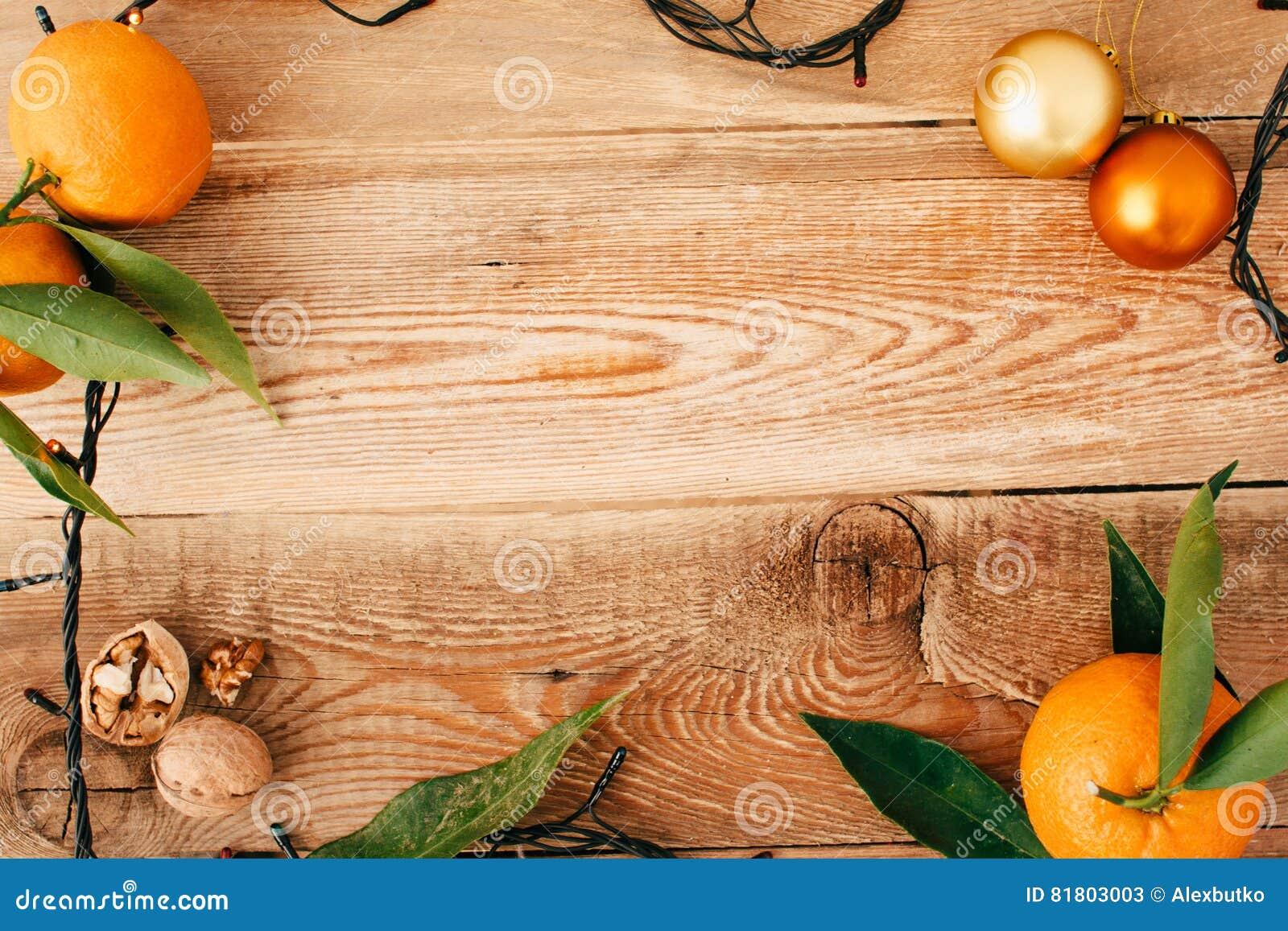 Состав рождества с гирляндой и tangerines