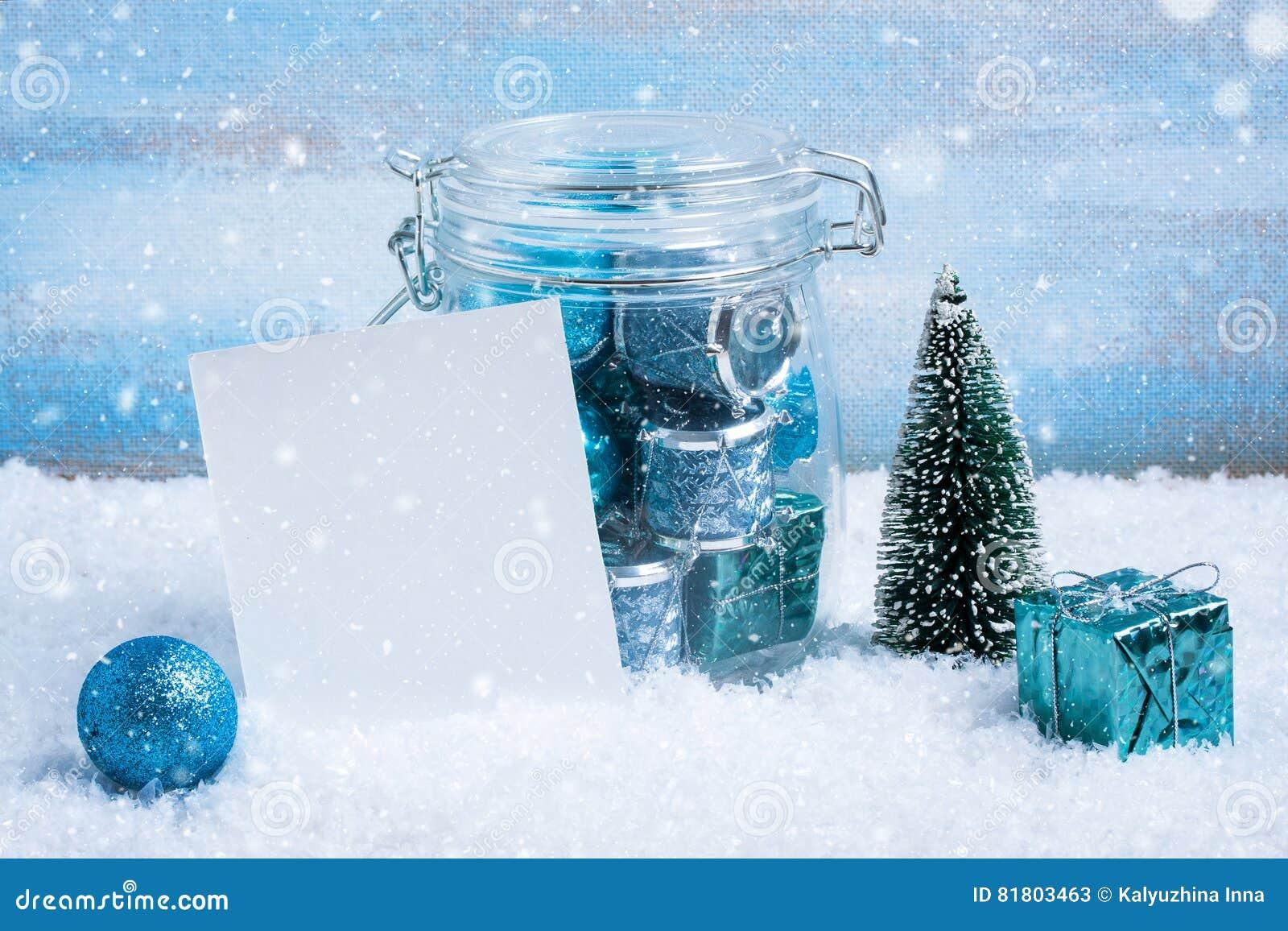 Состав рождества: украшения, дерево, подарок и фото