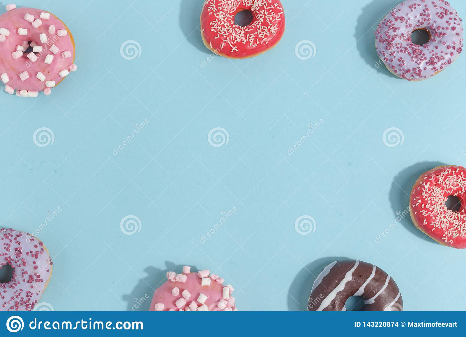 Состав сладких застекленных donuts и помадок на голубой предпосылке Взгляд сверху Концепция children' праздник s Космос для