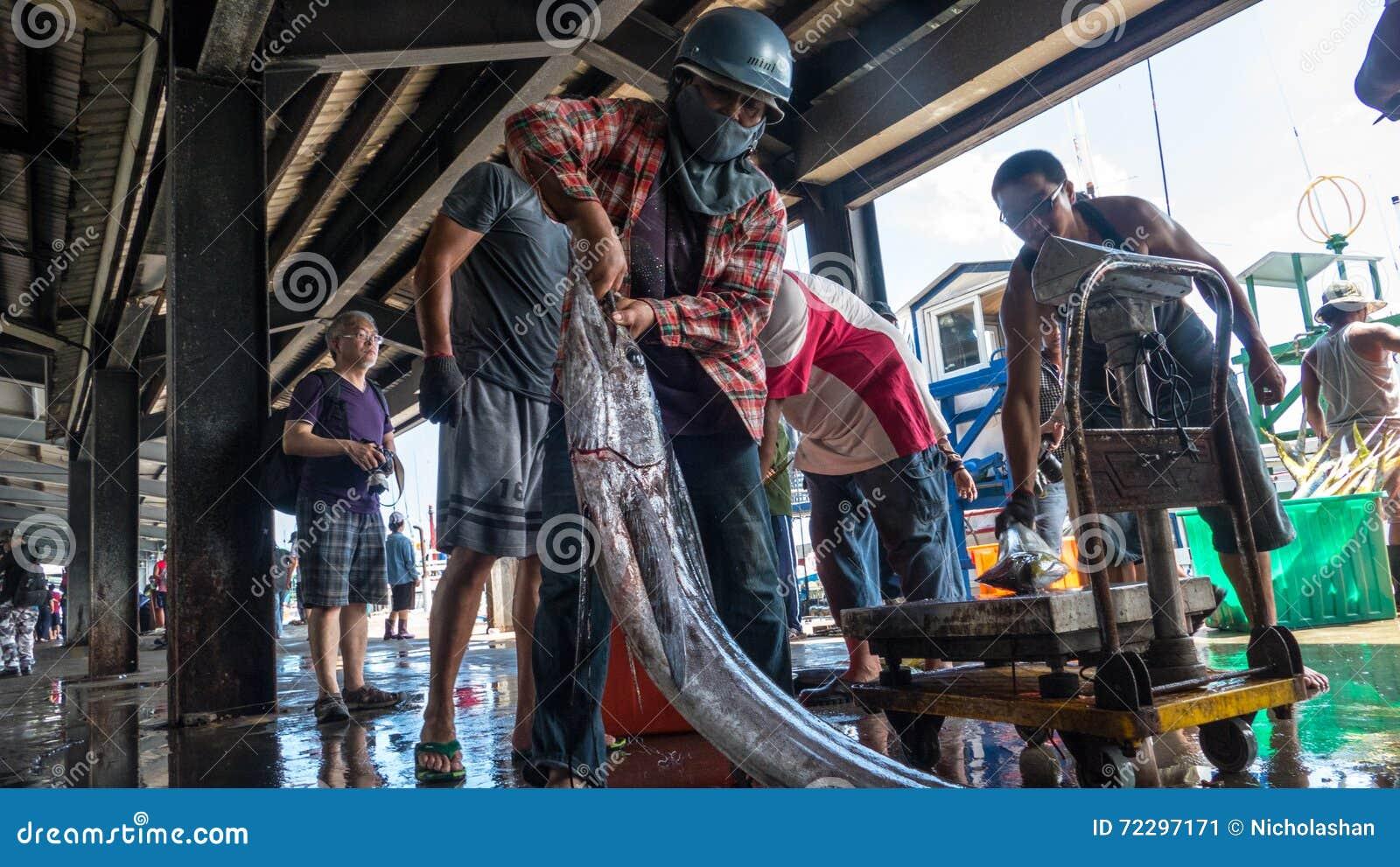 Download Состыкованная рыбацкими лодками гавань Chenggong удя извлекает липкую жидкость рыбной ловли Редакционное Фото - изображение насчитывающей отражение, открытка: 72297171
