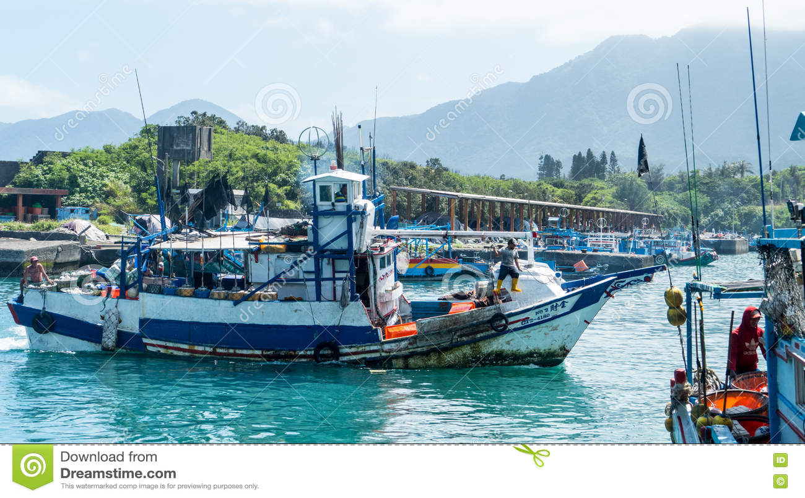 Download Состыкованная рыбацкими лодками гавань Chenggong удя извлекает липкую жидкость рыбной ловли Редакционное Фотография - изображение насчитывающей california, город: 72297912