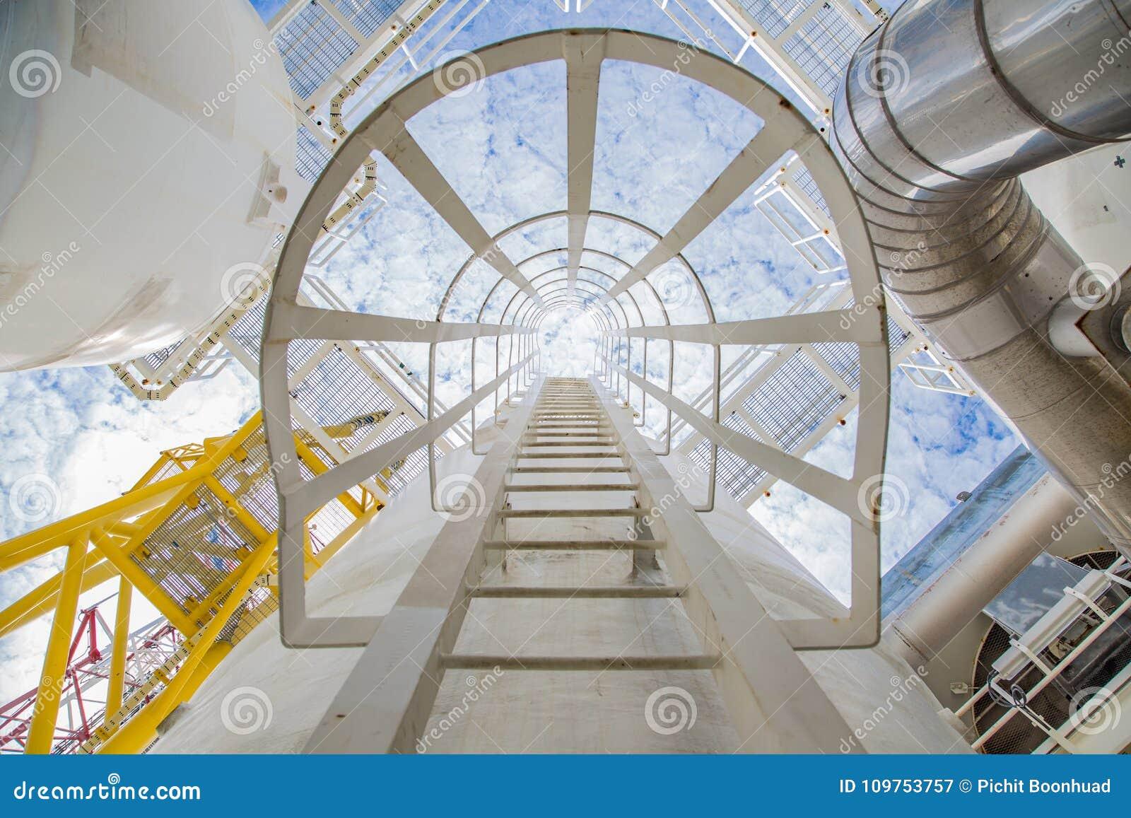 Сосуд и лестница для идут к верхнему соплу процесса обезвоживания газа на оффшорной платформе центральный обрабатывать нефти и га