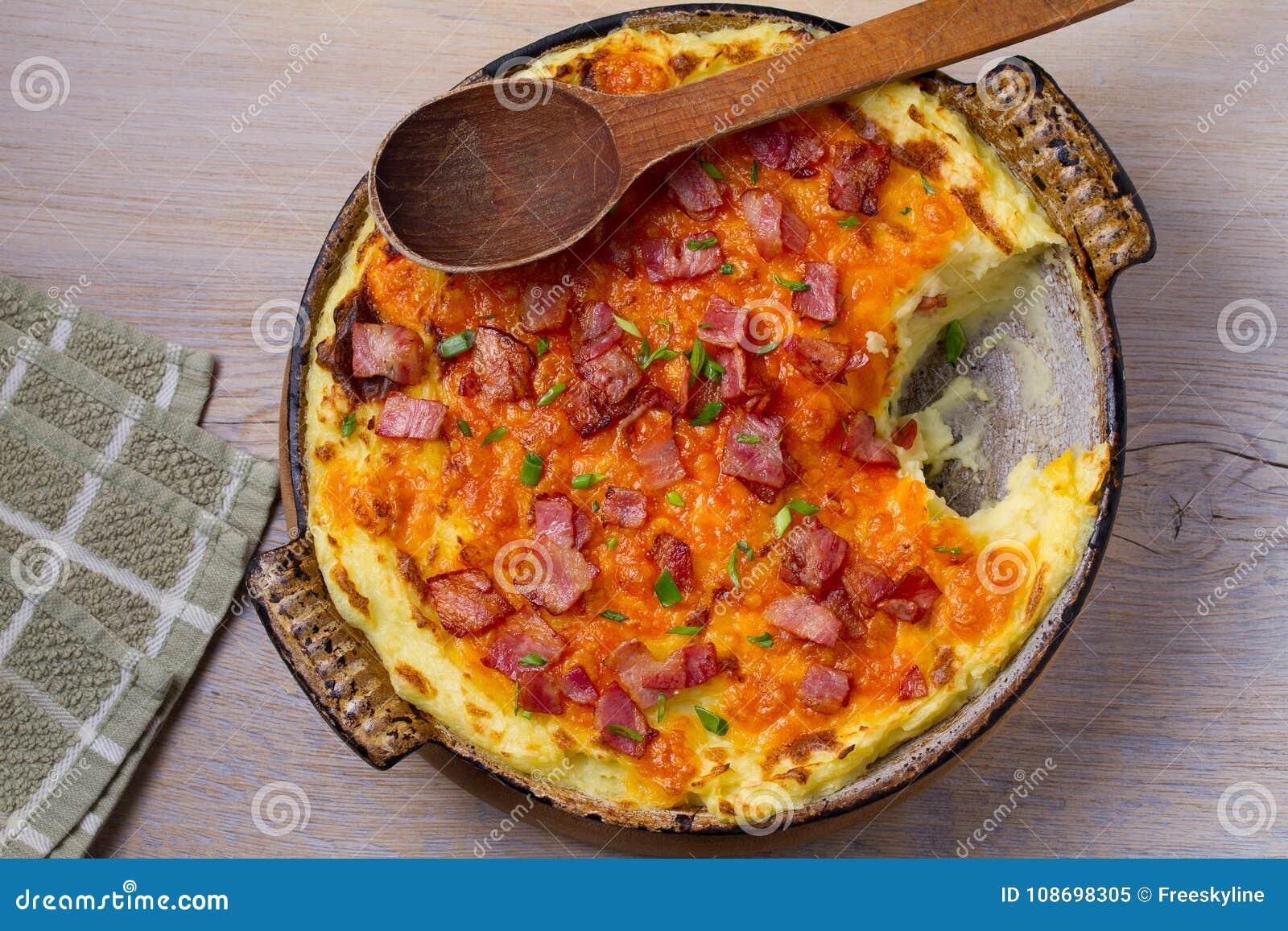 Сотейник картофельного пюре чеддера с беконом Испеченный сотейник картошки чеддера