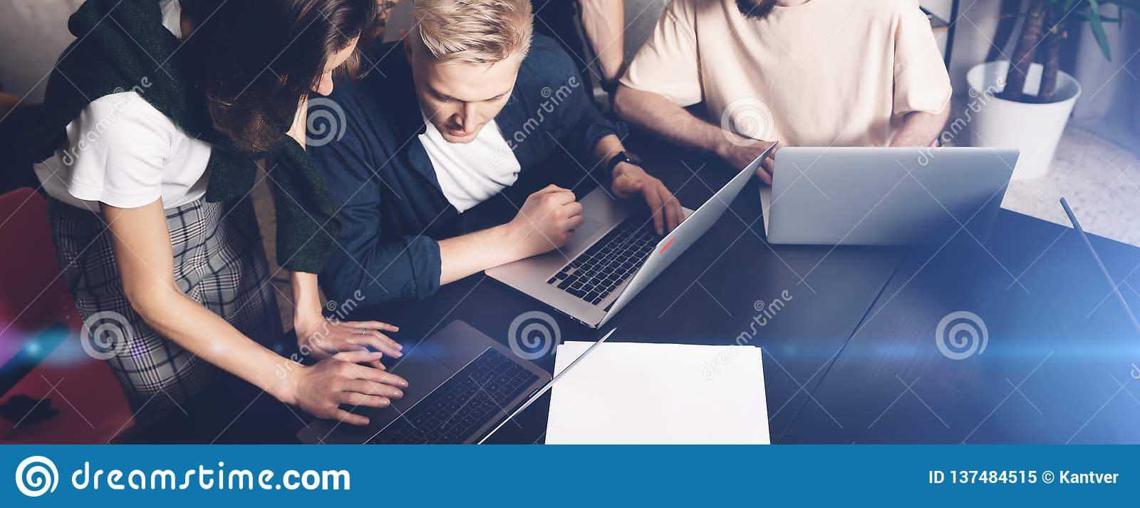 Сотрудники объединяются в команду на работе Группа в составе молодые бизнесмены в ультрамодной случайной носке работая совместно