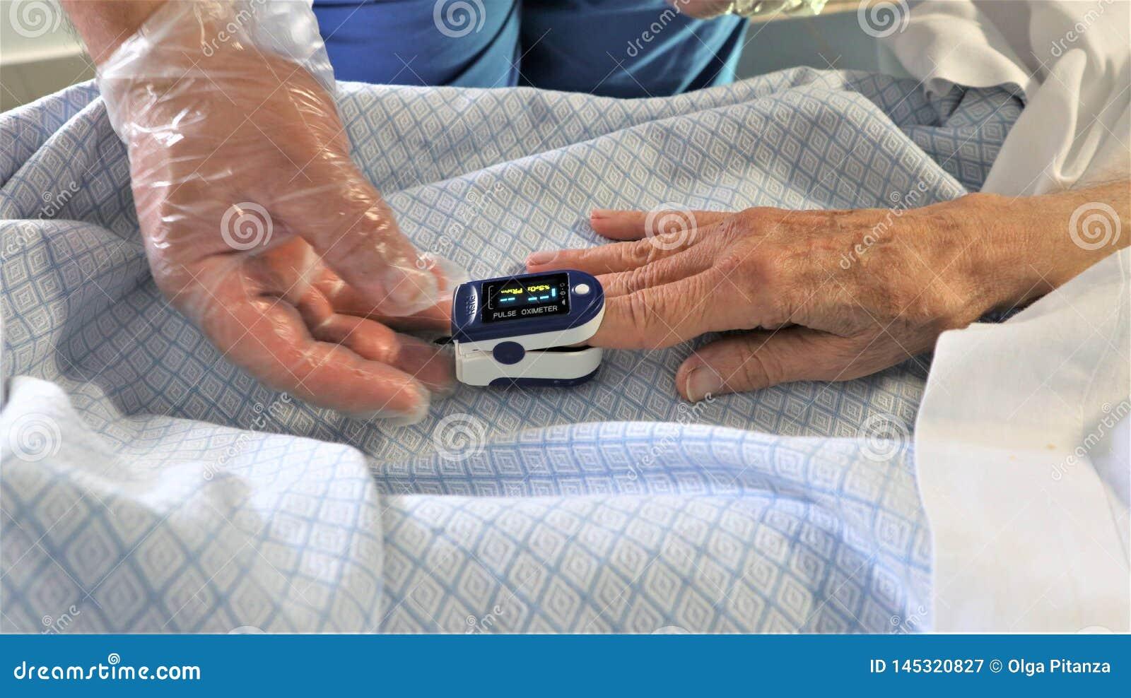 Сотрудник военно-медицинской службы и пациент используя оксиметр ИМПа ульс пальца