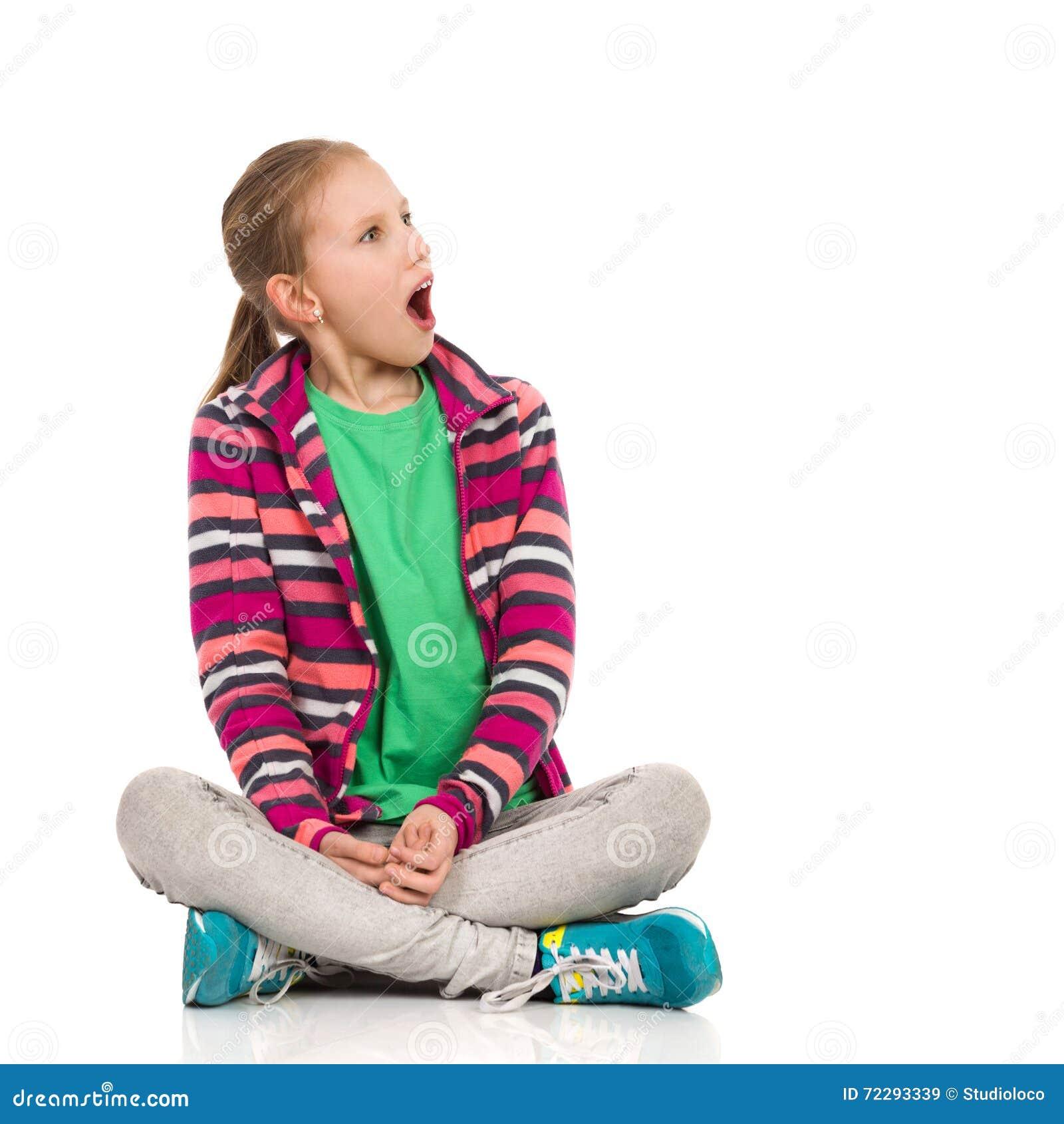 Download Сотрясенная девушка ребенка смотря прочь Стоковое Изображение - изображение насчитывающей вырез, рот: 72293339