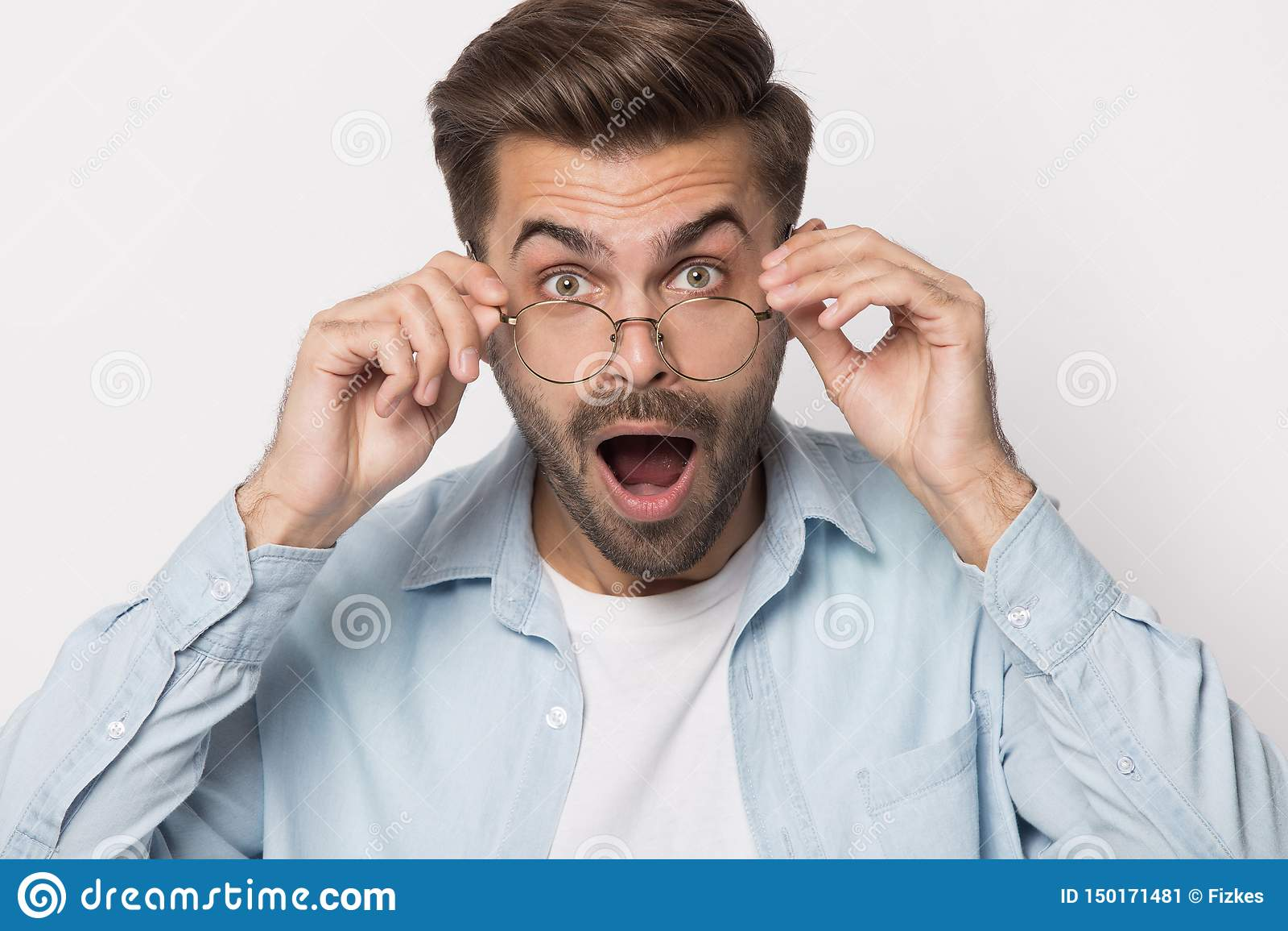 Сотрясенный парень понижая стекла смотря съемку студии камеры