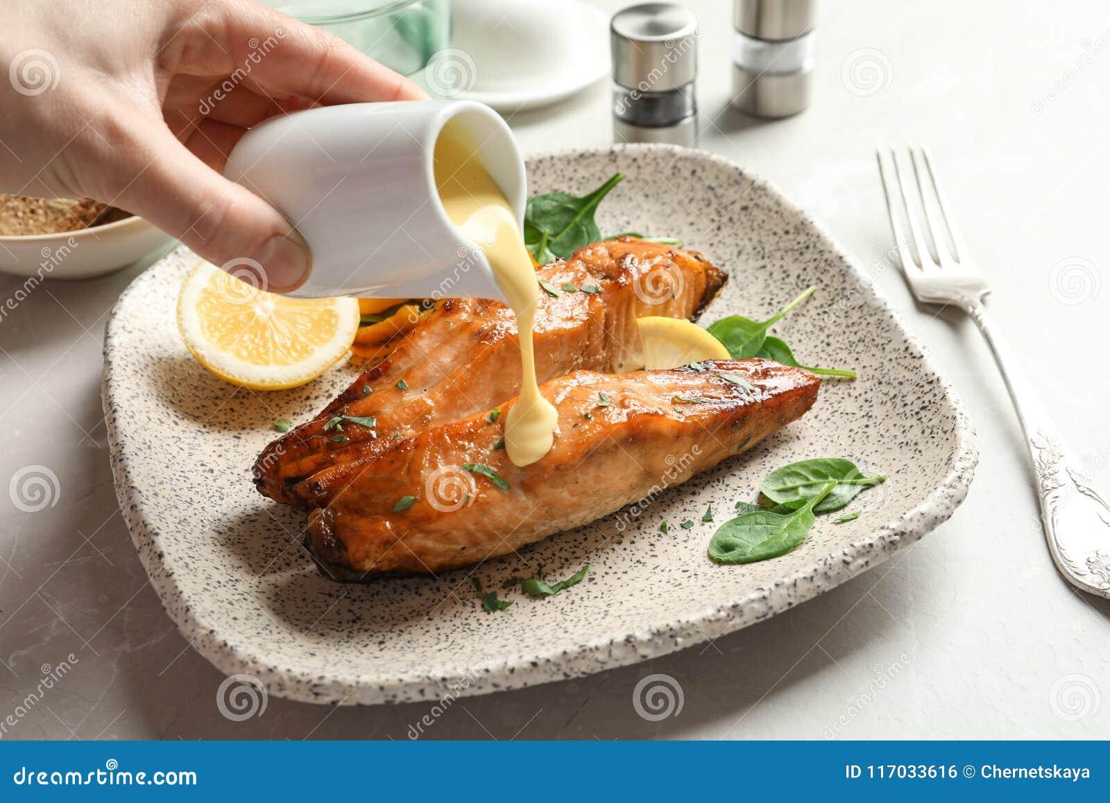 Соус женщины лить на вкусные сваренные семг