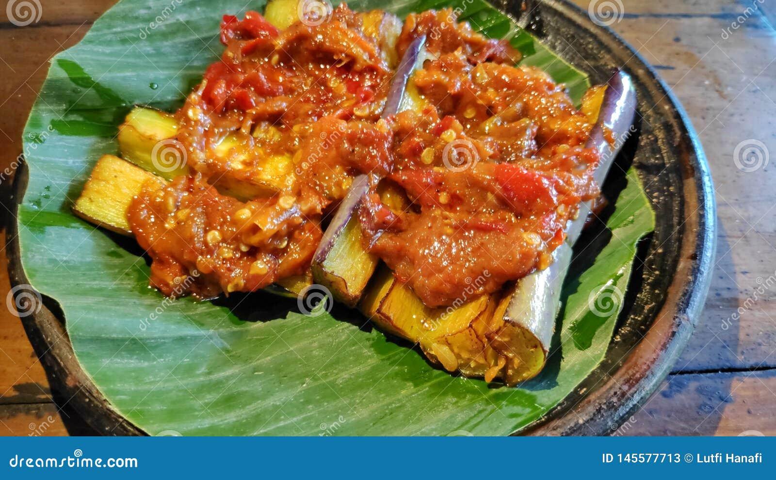 Соус chili баклажана на плите гончарни