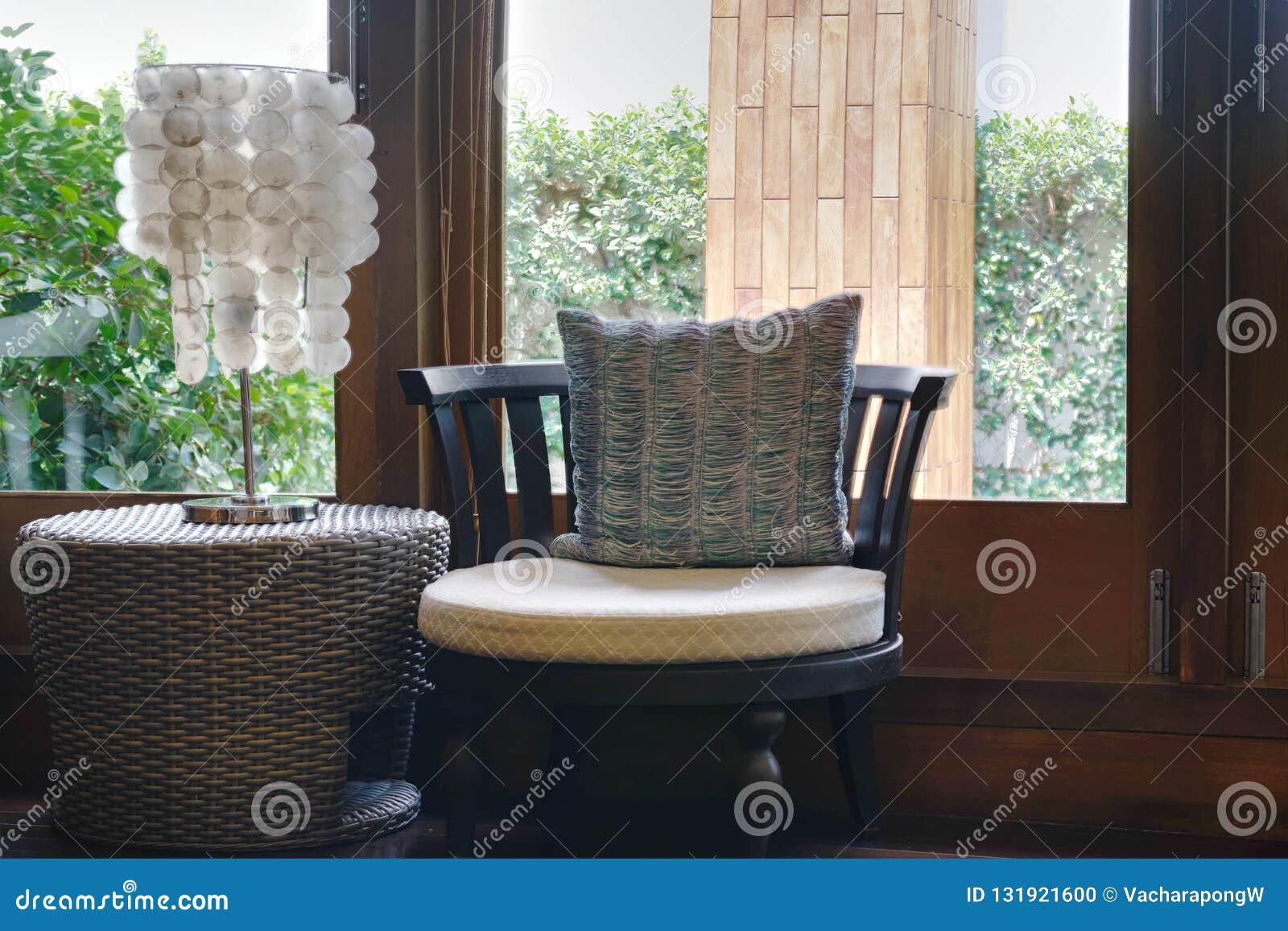 Софа или кресло с настольной лампой с взглядом окна