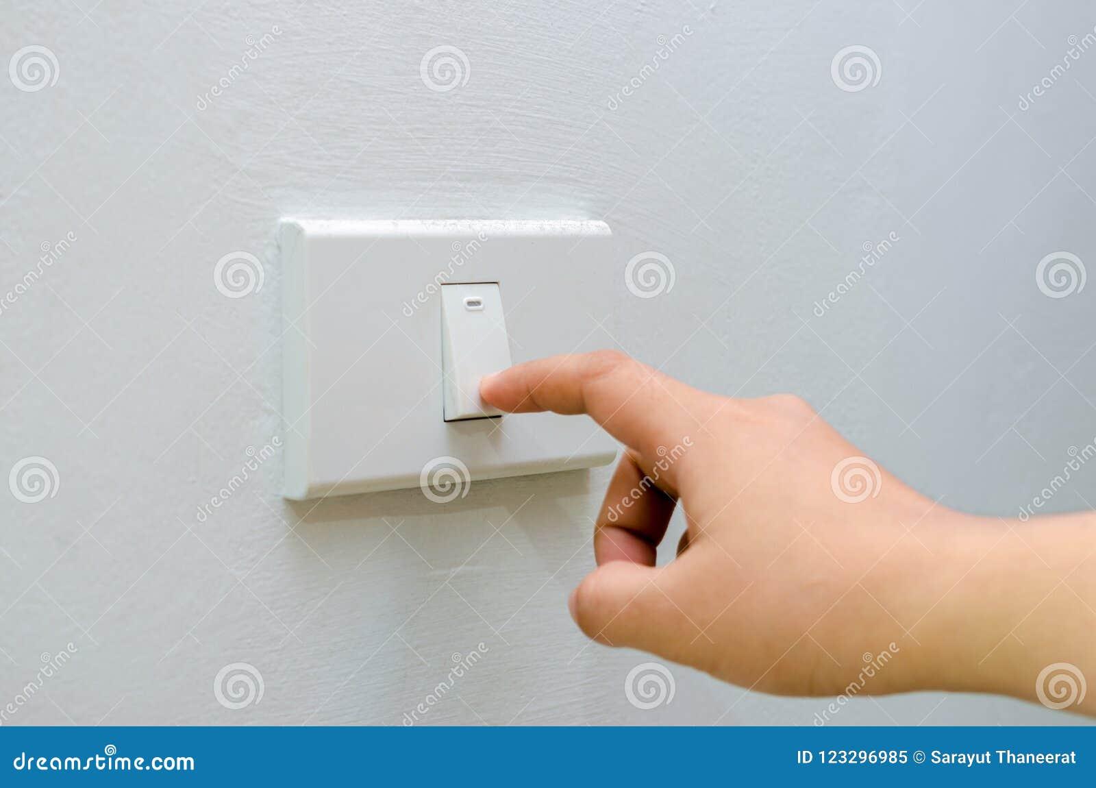 Сохраньте электричество близкое вверх пальца поворачивает включено-выключено на выключателе рука женщины с пальцем на космосе экз