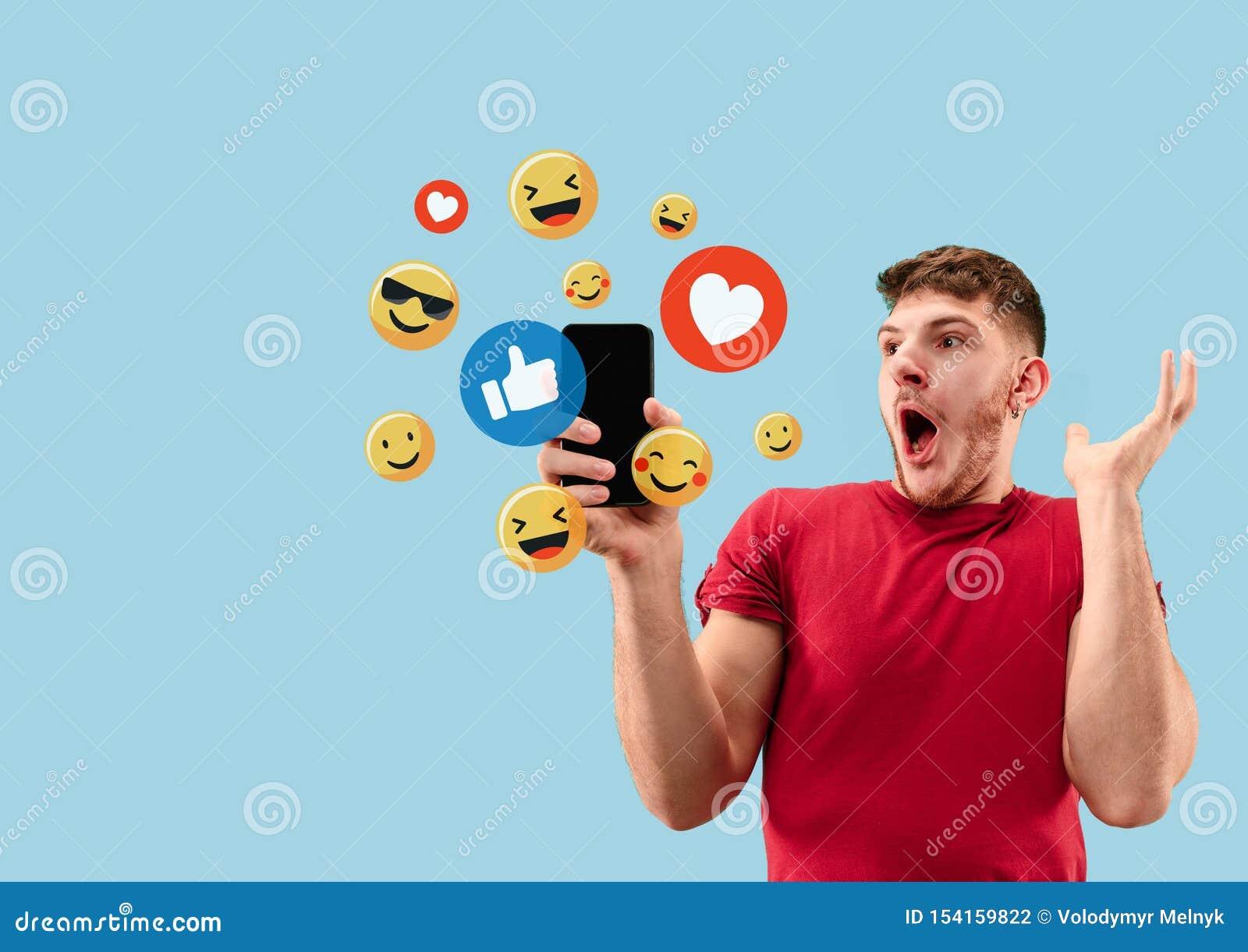 Социальные взаимодействия средств массовой информации на мобильном телефоне